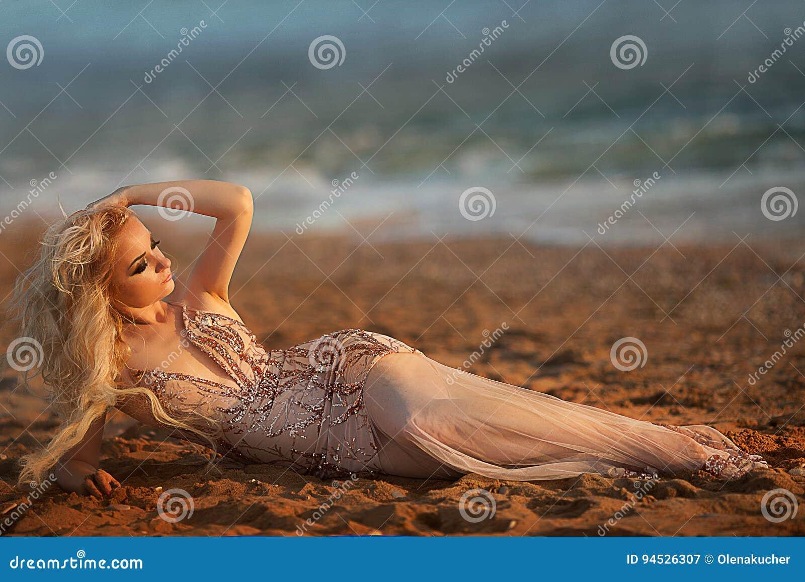 Blond młoda kobieta model z jaskrawym makeup outdoors modnym stylem w wieczór sukni za niebieskim niebem