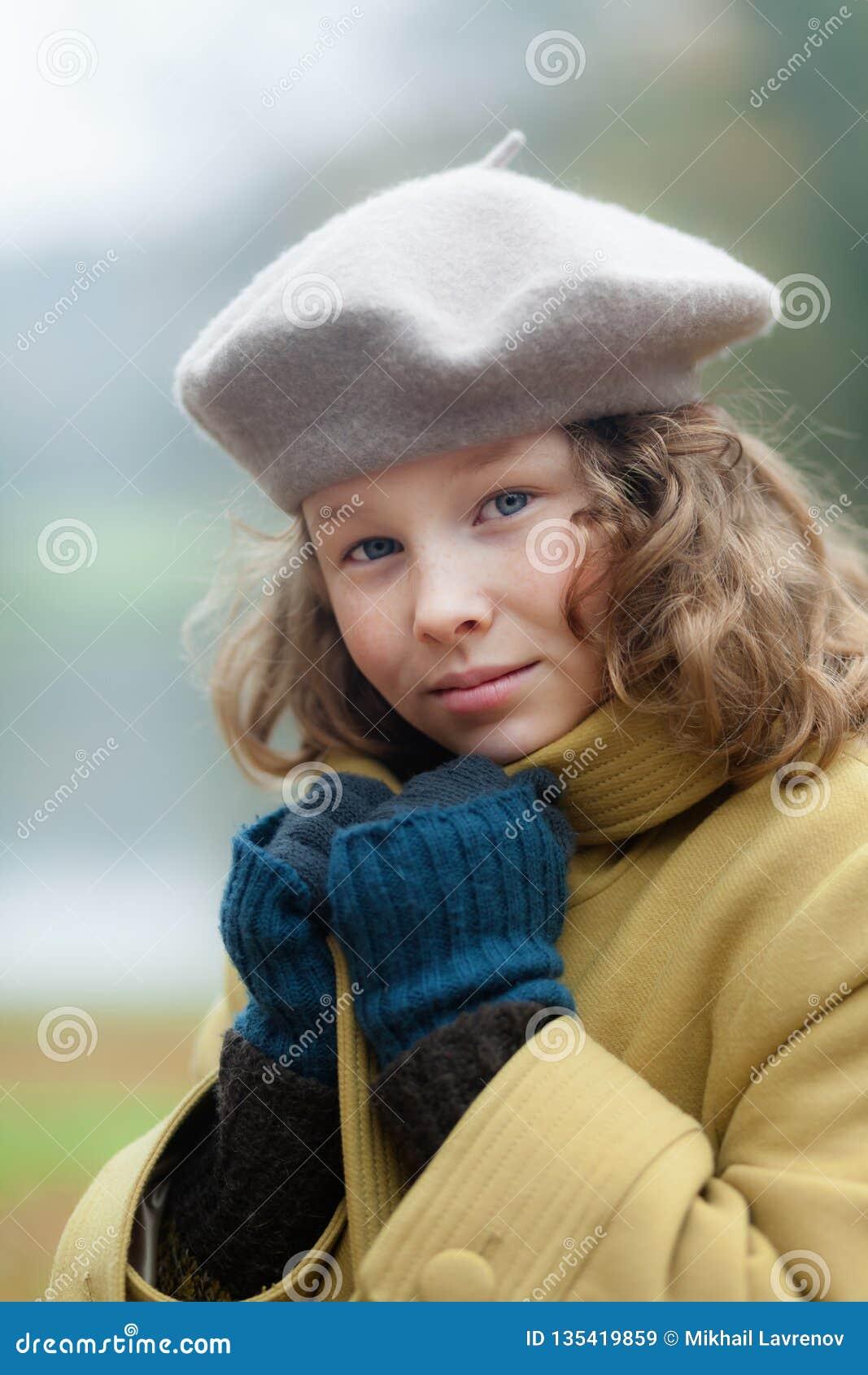 Blond meisje in een koude de herfstdag