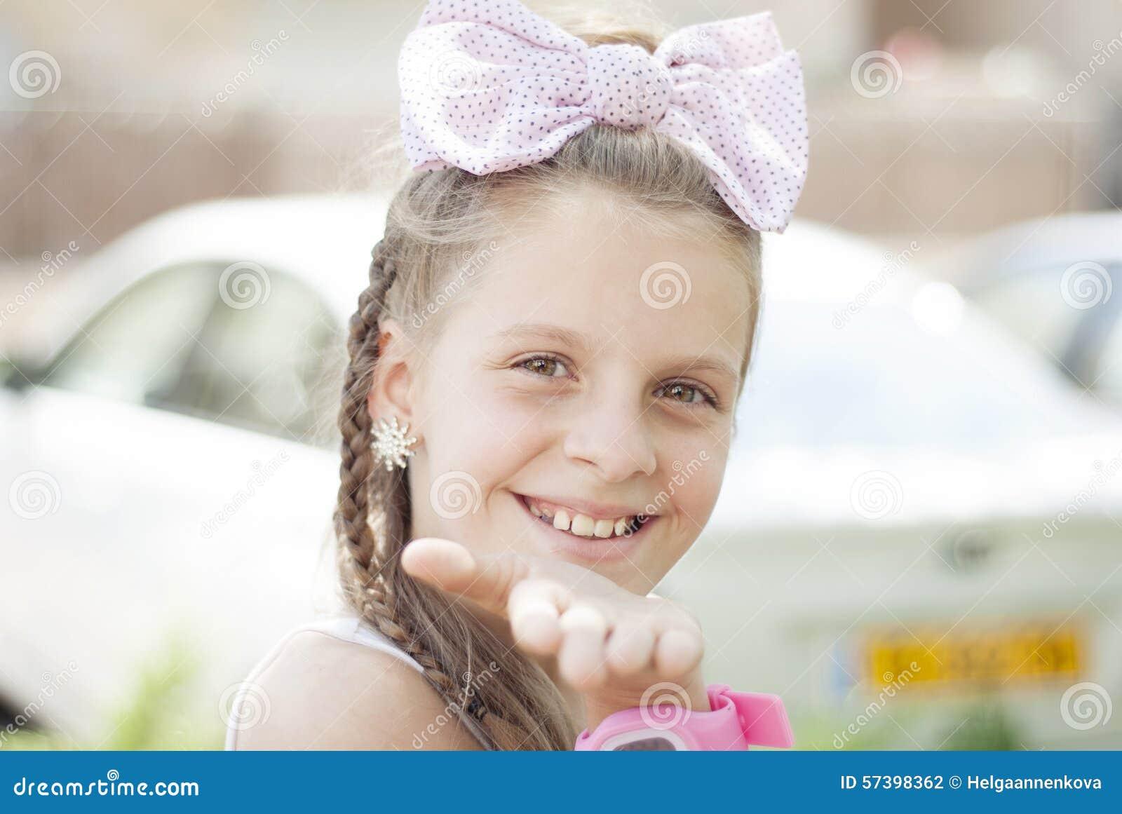 Blond meisje met een grote boog