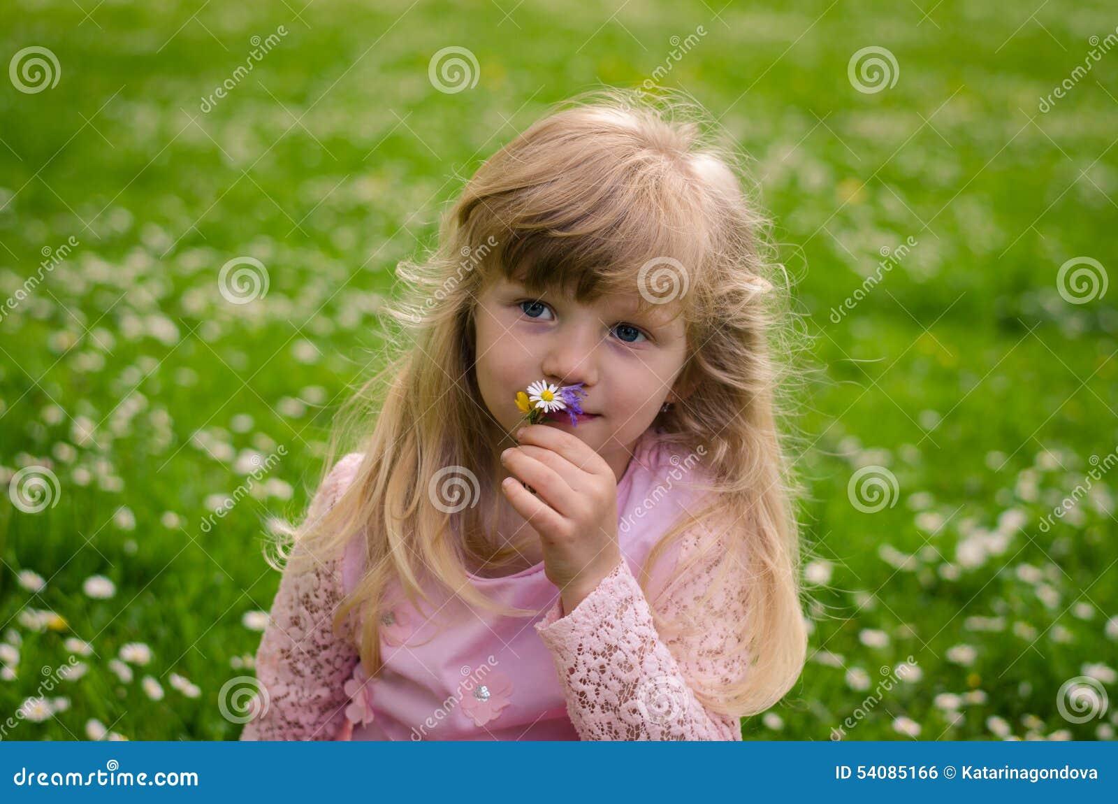 Blond meisje in weide
