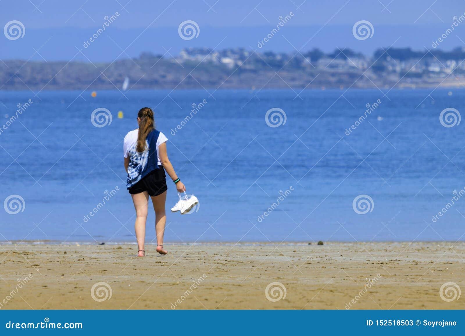 Blond ung flicka på kusten