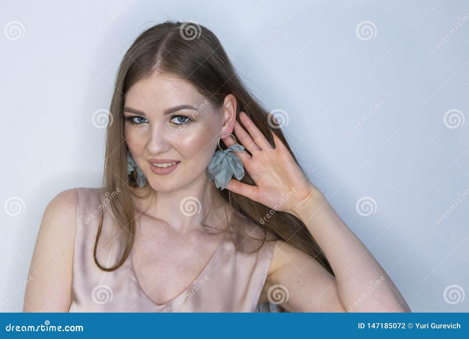 Blond ung modell f?r lockigt l?ngt h?r Sk?nhetflicka med inskr?nkt djup f?r lockig perfekt frisyr av f?ltet