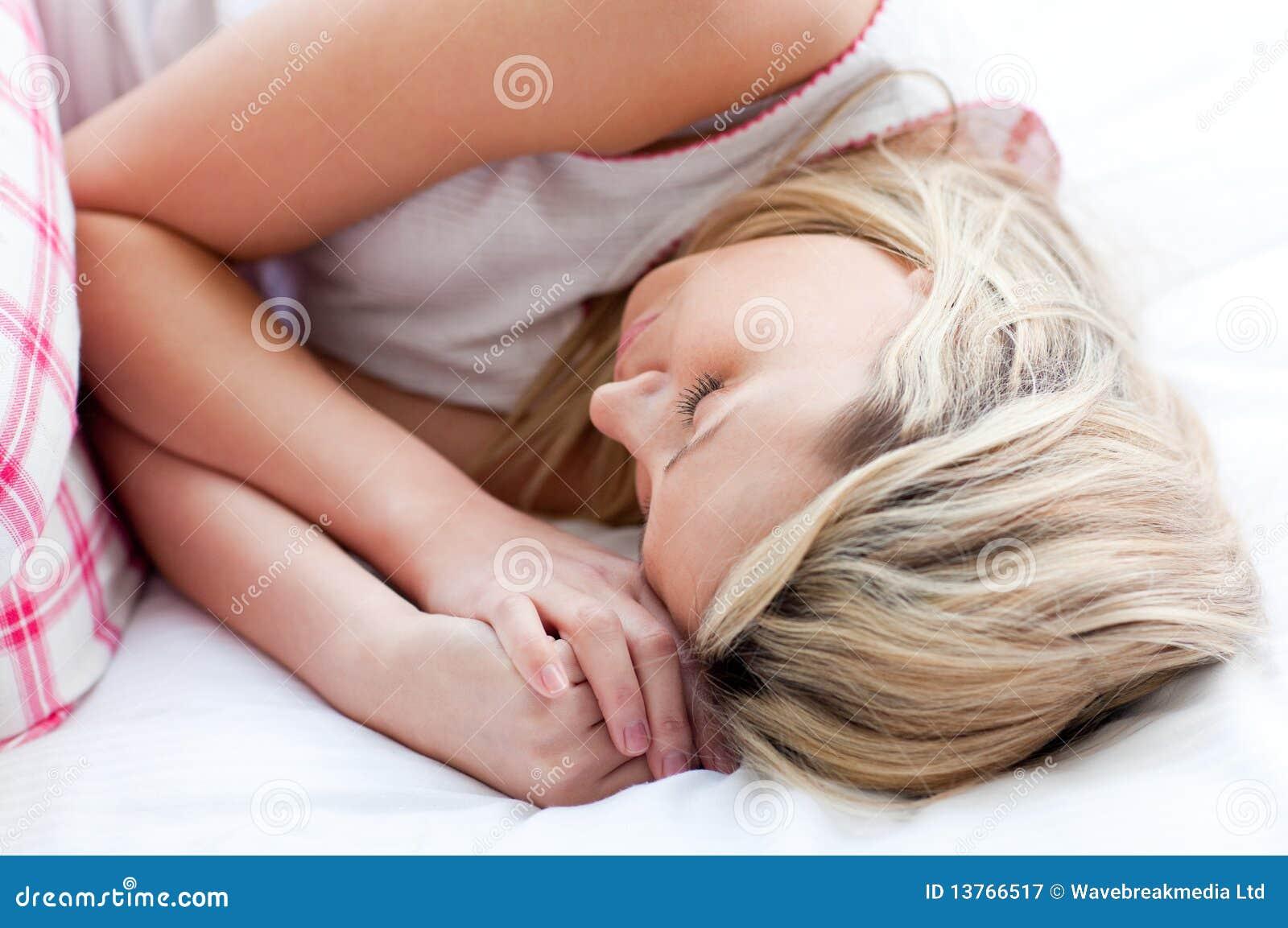 Трахнул красивую сестру пока она спала, У брата и сестры одна комната на двоих - видео ролик 21 фотография
