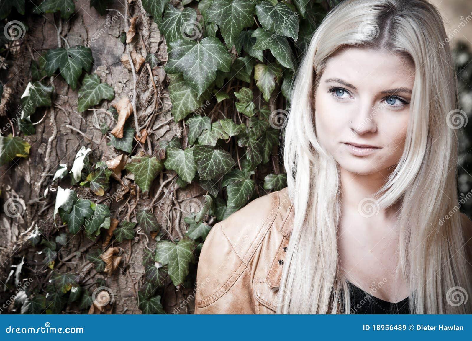 Blonde com um olhar sonhador