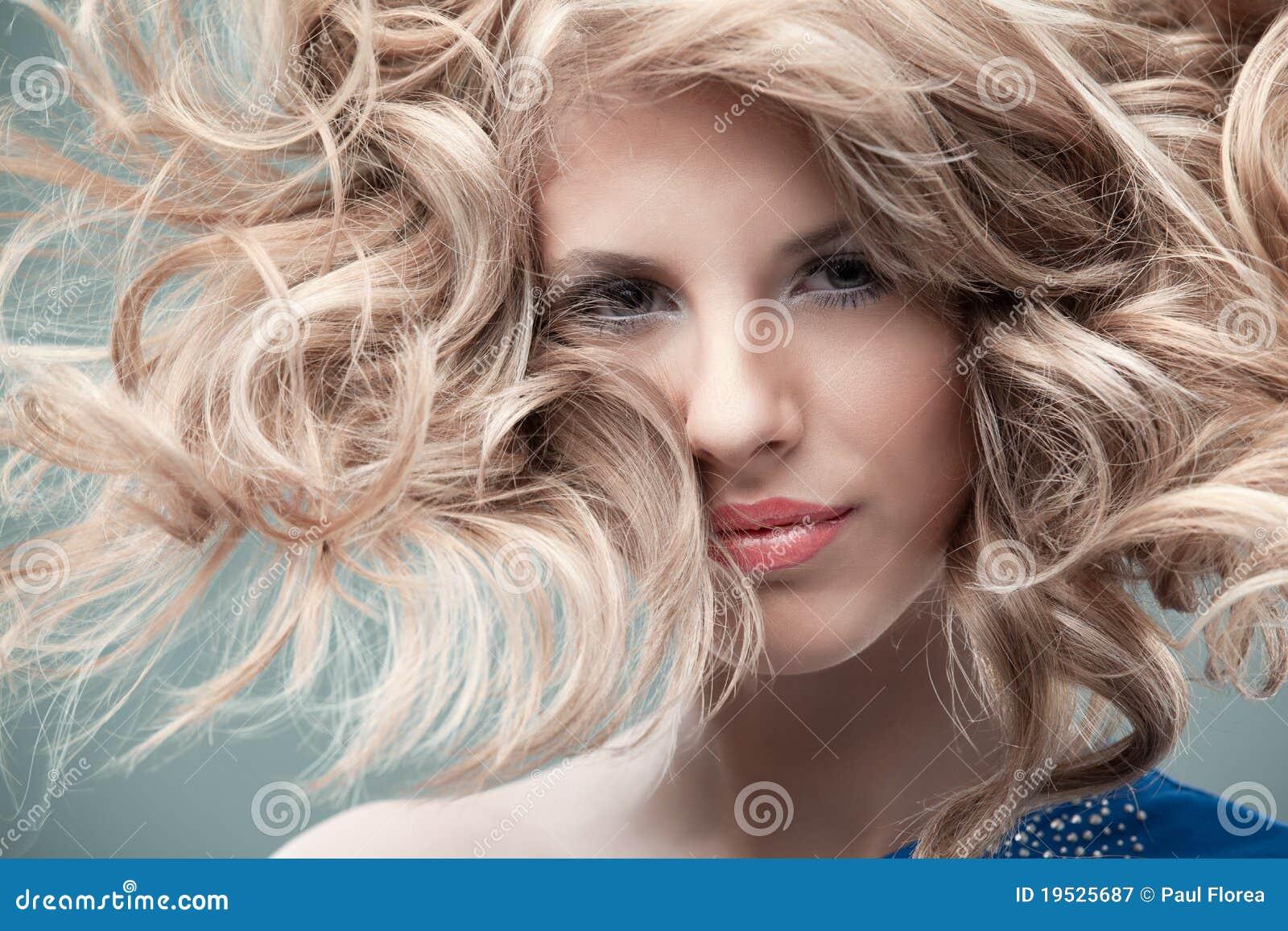 Blonde curly do retrato da forma