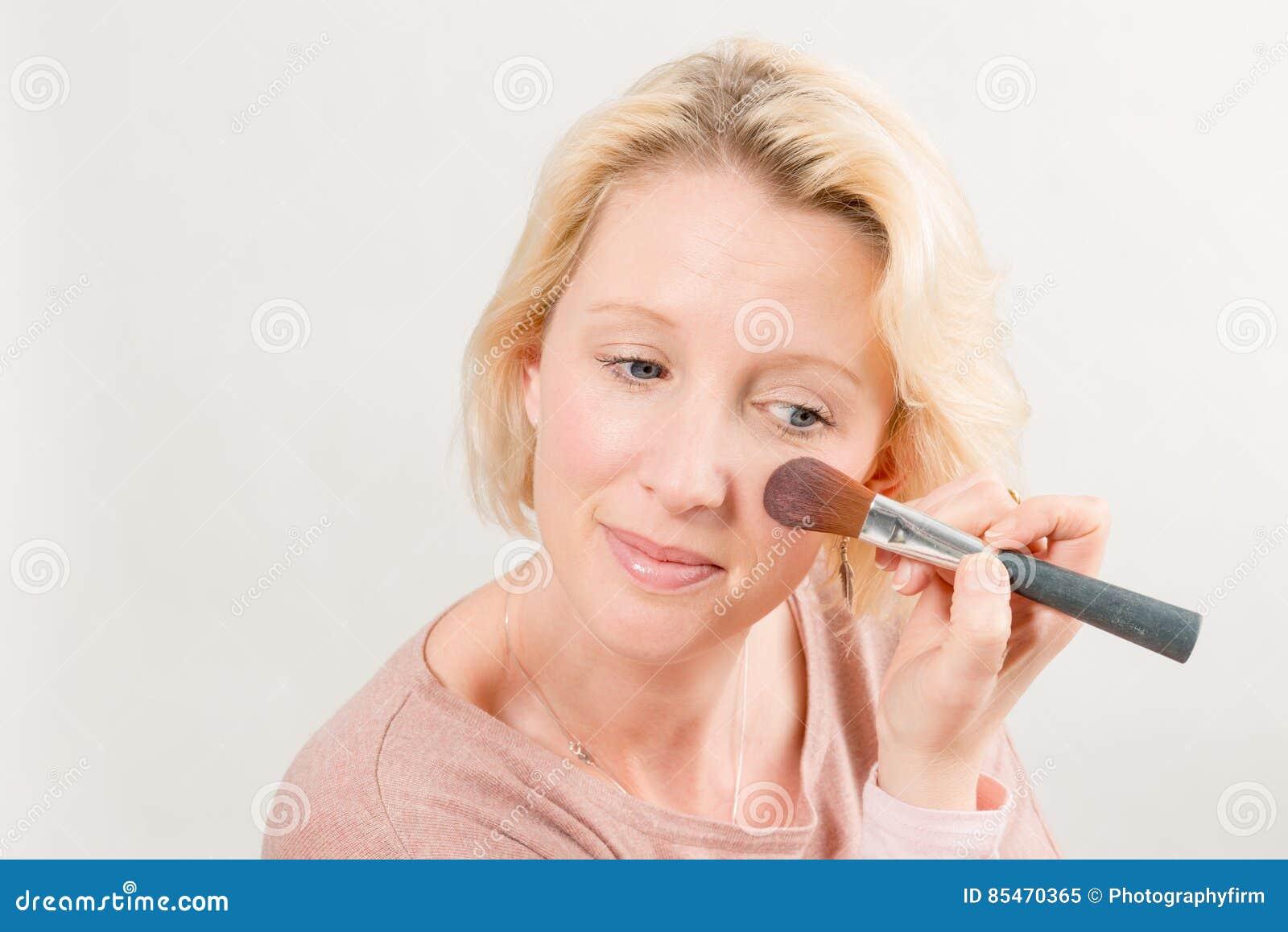 Blonde Dame Applying Make-Up op Wang