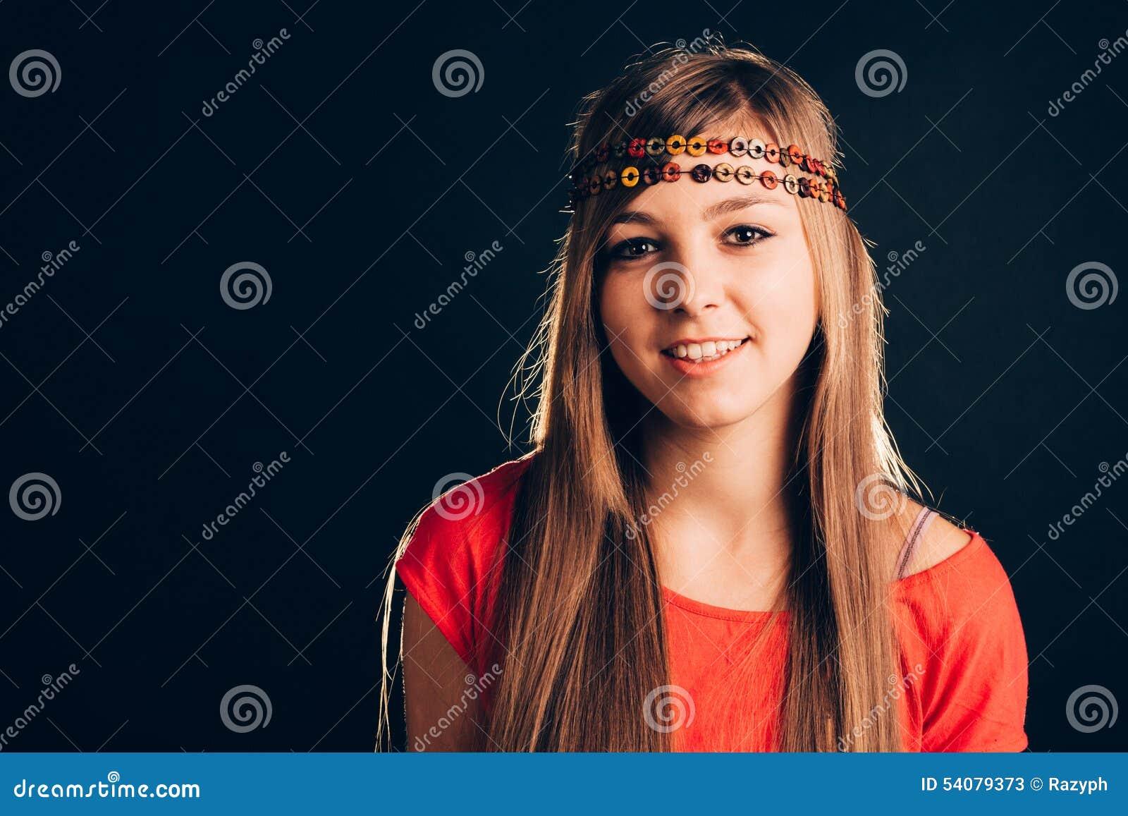 Blonde die hoofdband dragen