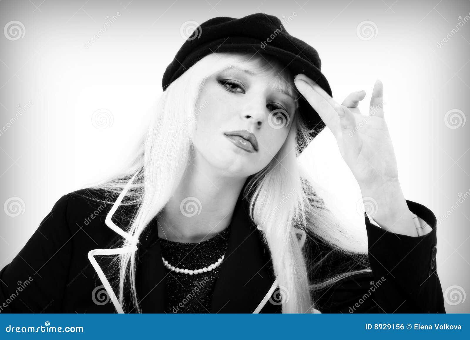 Blonde in een donker kostuum