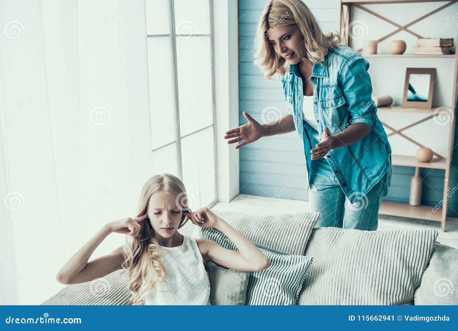 Blonde erwachsene Mutter holt oben frechen Mädchenjugendlichen