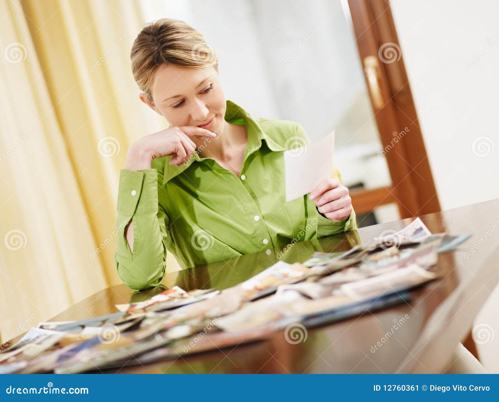 Blonde Frau, die Fotos betrachtet