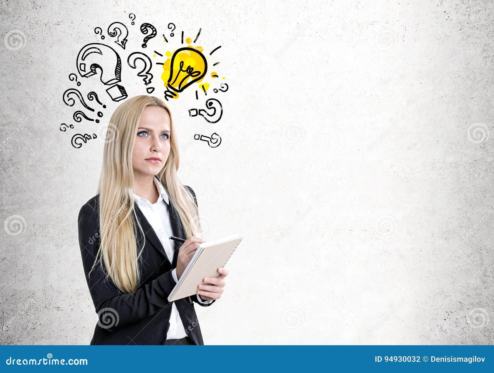 Blonde Frau mit einem Schreibheft, Fragen, Birne