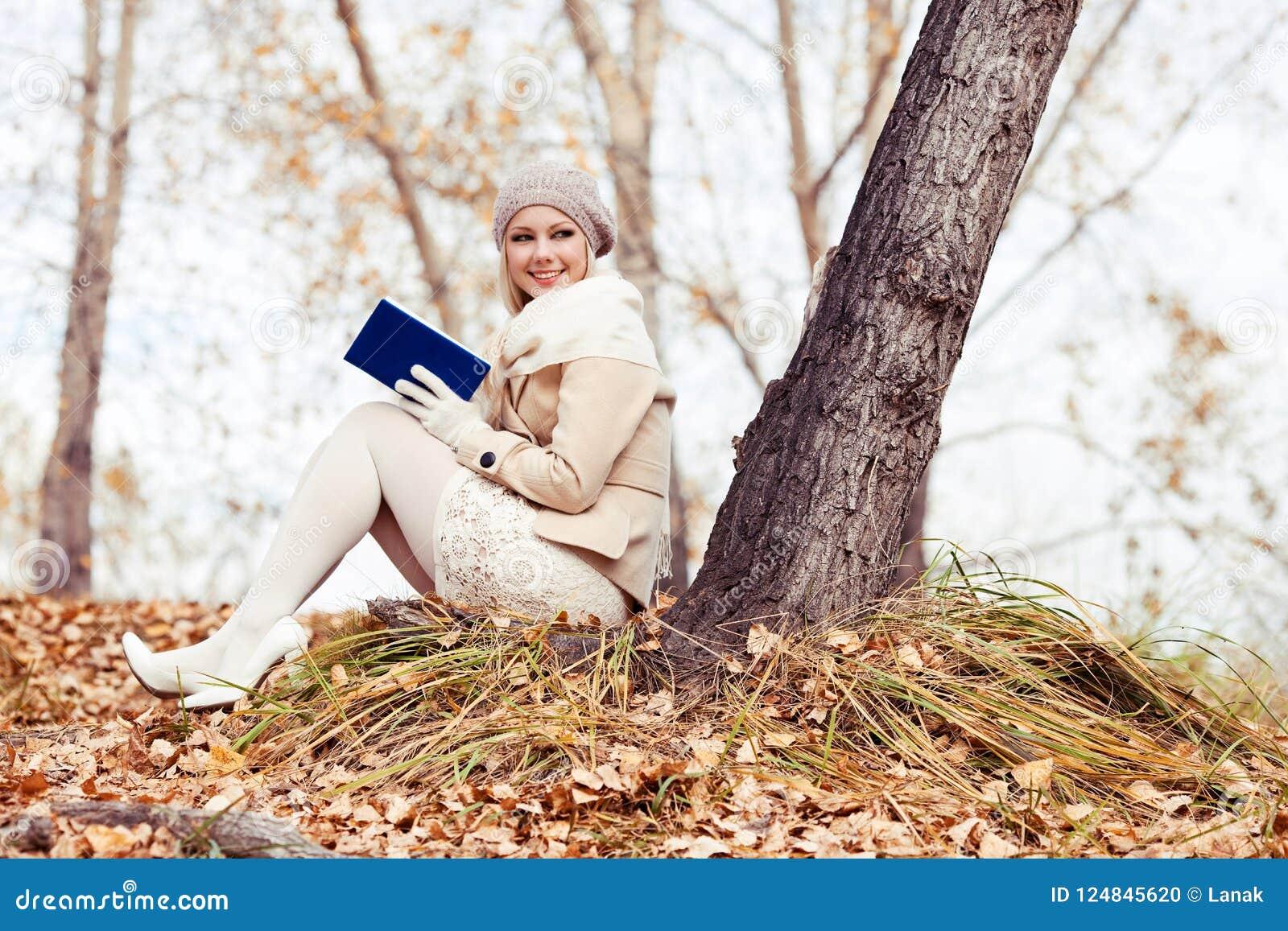 Blonde Frauenlesung im Park