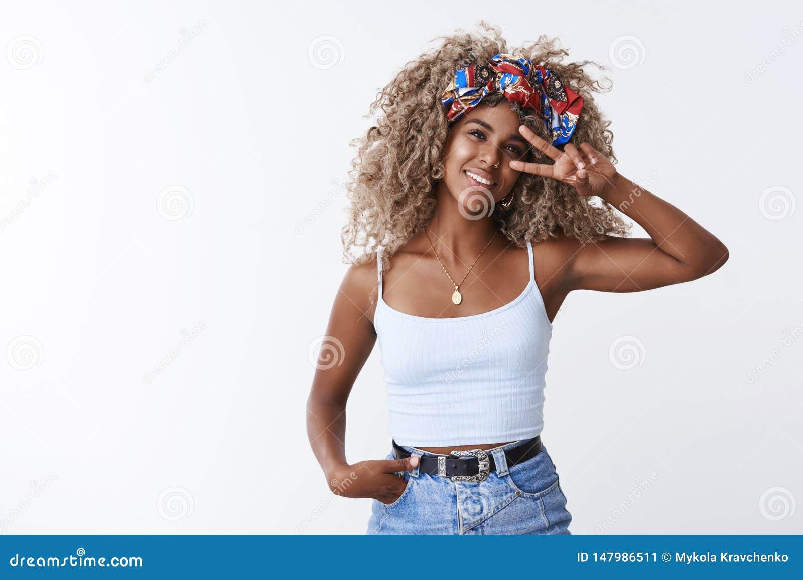 Blonde gelockte Frisur stilvollen des Hippie-Afroamerikaners des jungen Mädchens Blogger Schönheit, lächelnde begeisterte Griffha