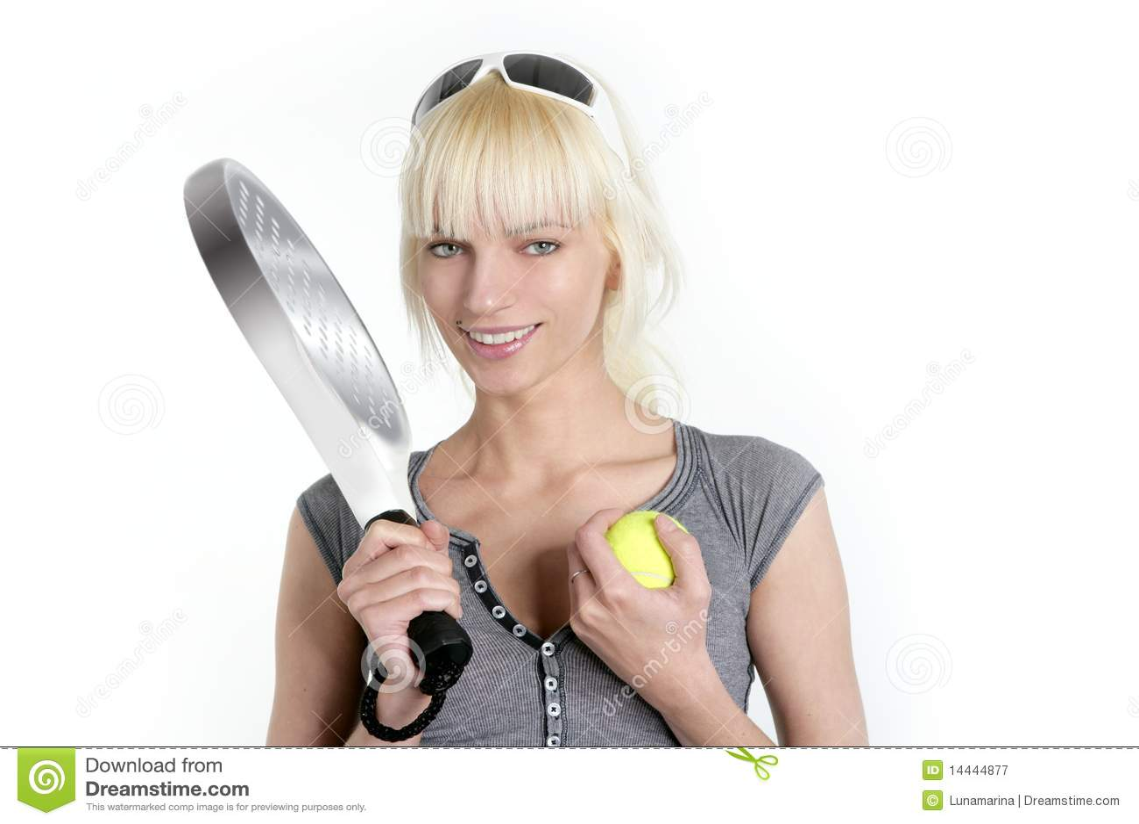 Blonde jonge mooie meisje van de tennissport