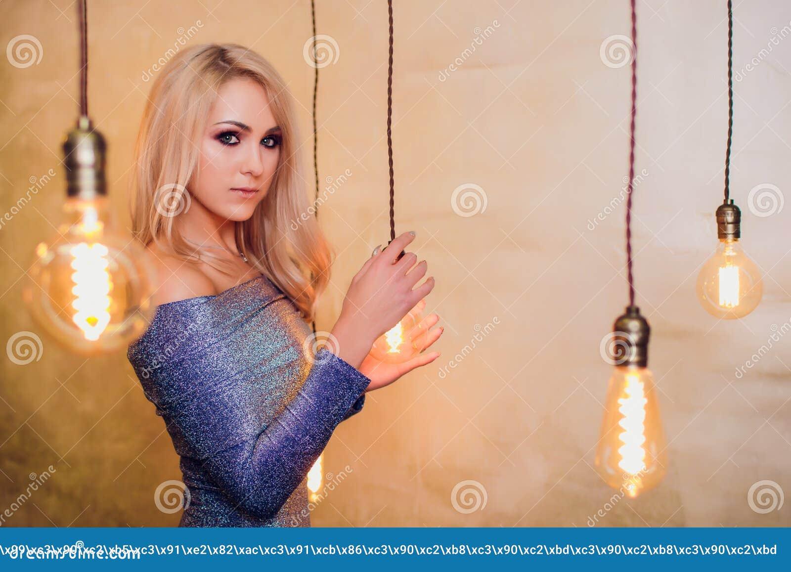 Blonde jonge vrouw in elegant blauw