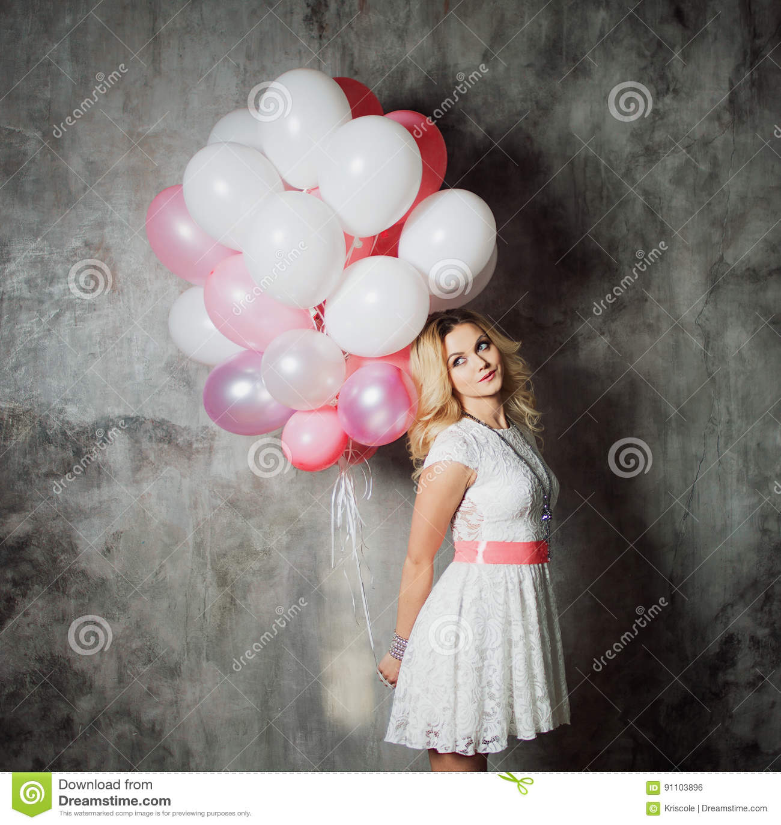 c2abbaf8d Blonde Joven Encantador En Un Vestido Blanco Con El Marco Rosado ...