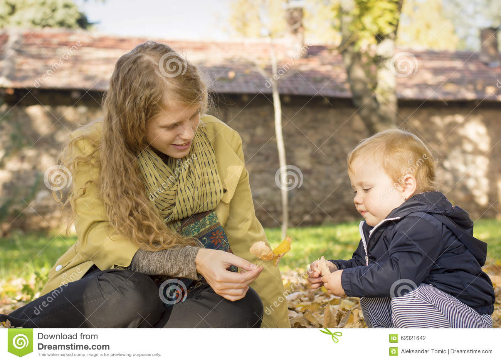 Blonde Mutter spielt mit ihrer süßen Tochter im Park