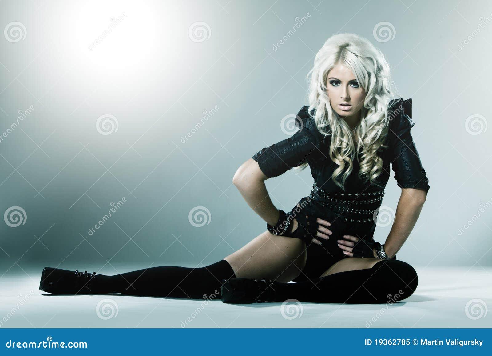 Blonde novo na roupa atrativa da forma elevada
