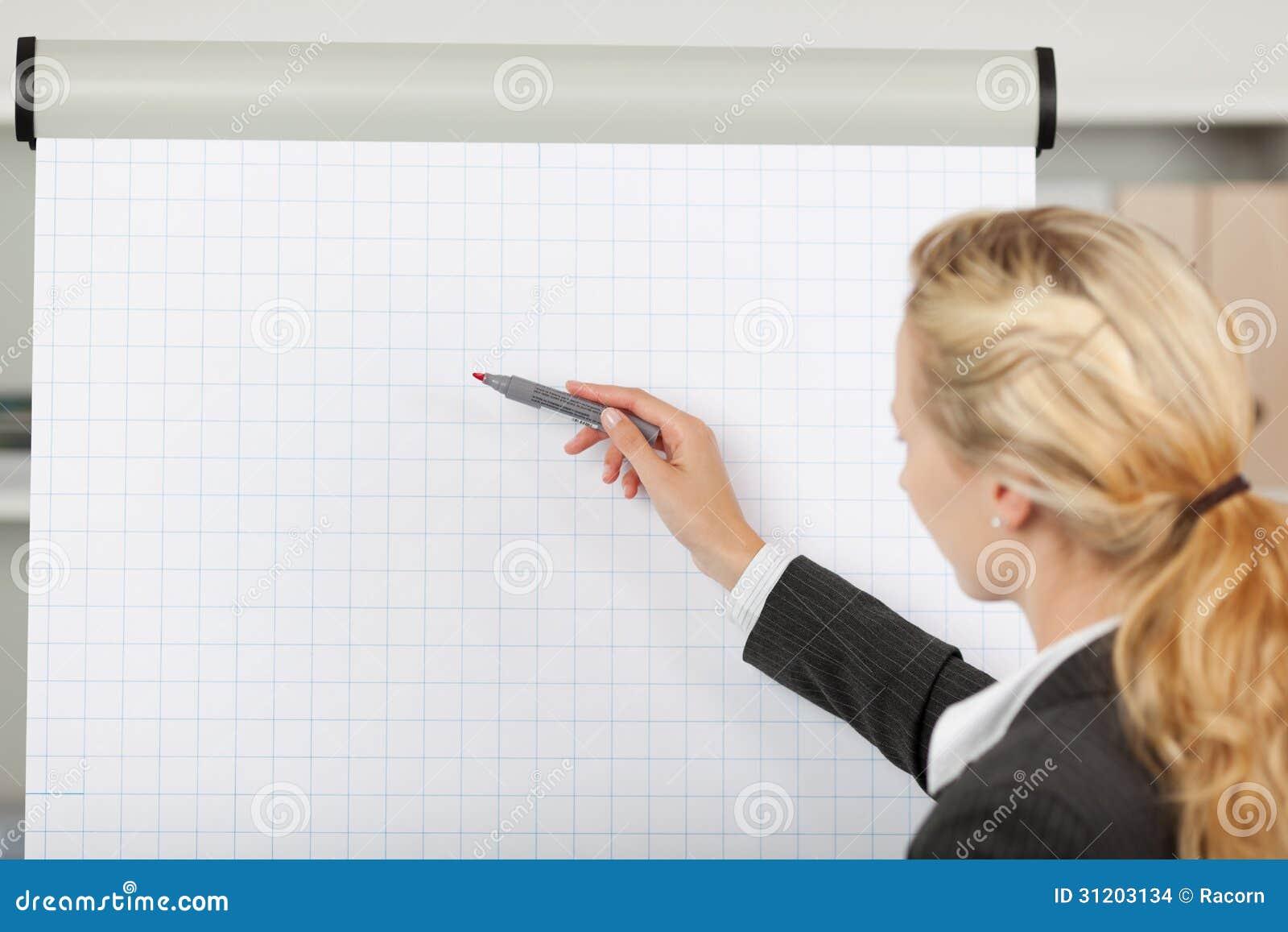 Blonde Onderneemster Writing At Flip Chart In Office