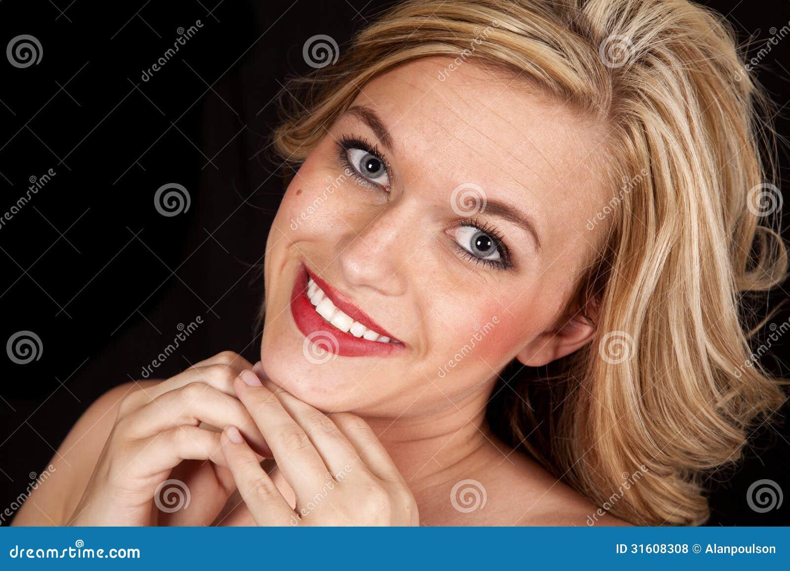 blonde rote lippen des frauenl chelns schlie en. Black Bedroom Furniture Sets. Home Design Ideas