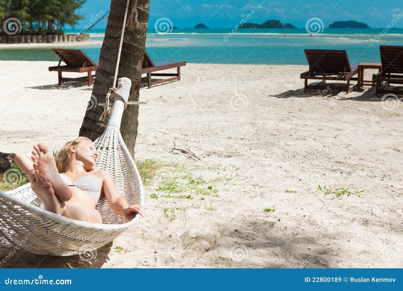 Blonde vrouw in slaap in een hangmat.