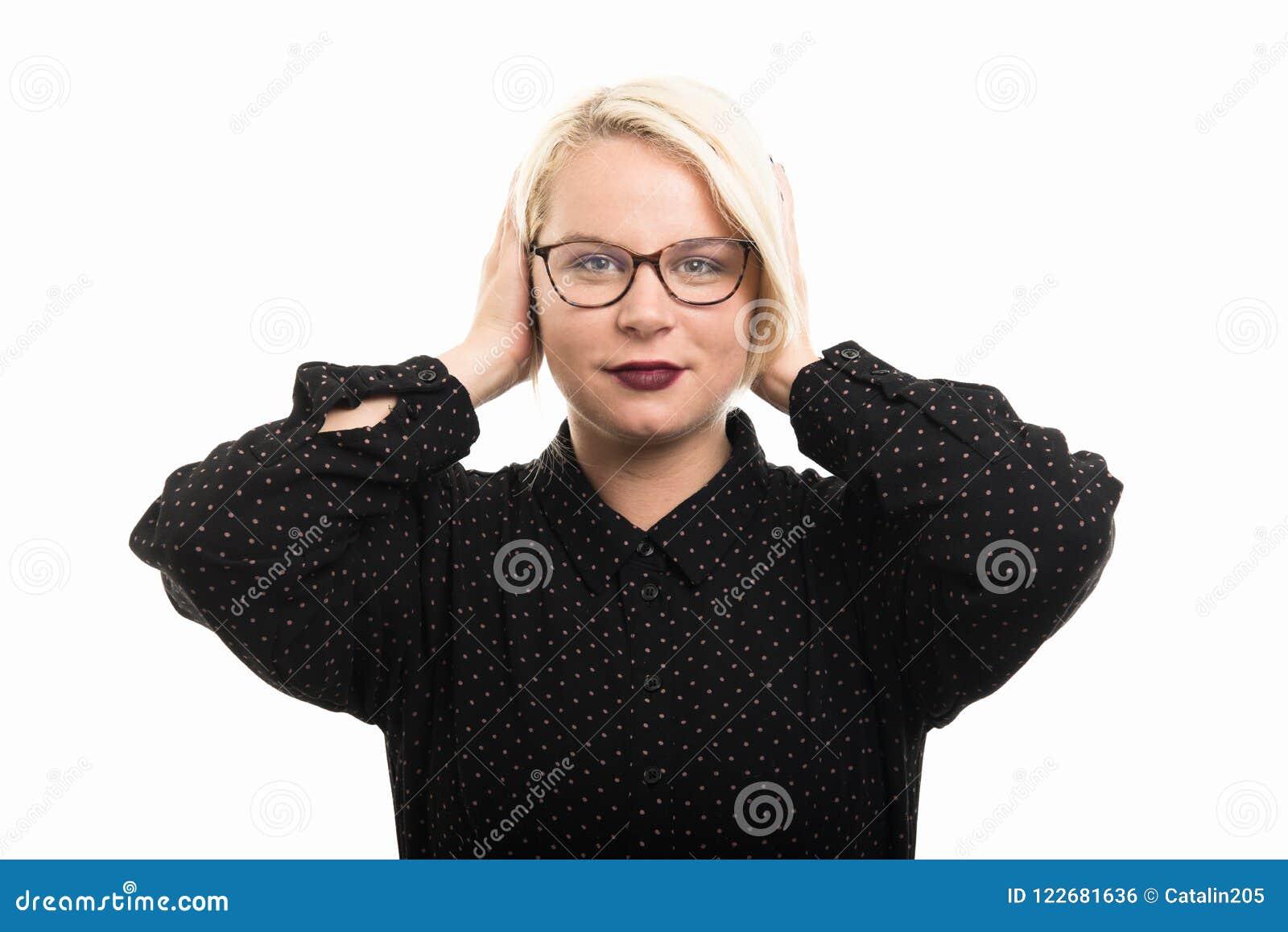 Blonde vrouwelijke leraar die glazen dragen die oren zoals doof Duitsland behandelen