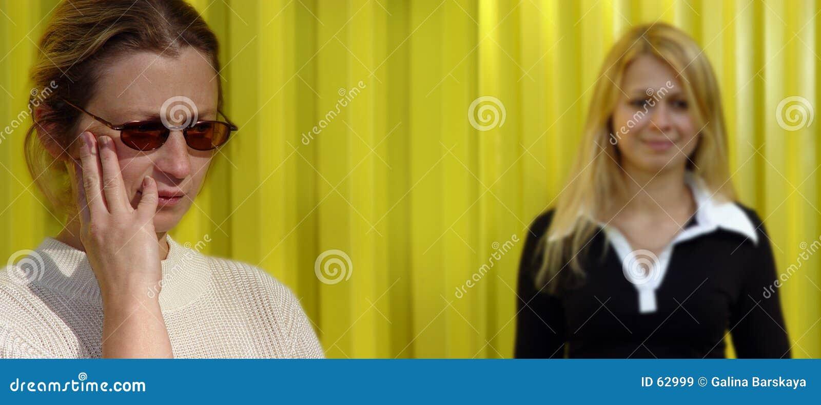 Blonde vrouwen op geel