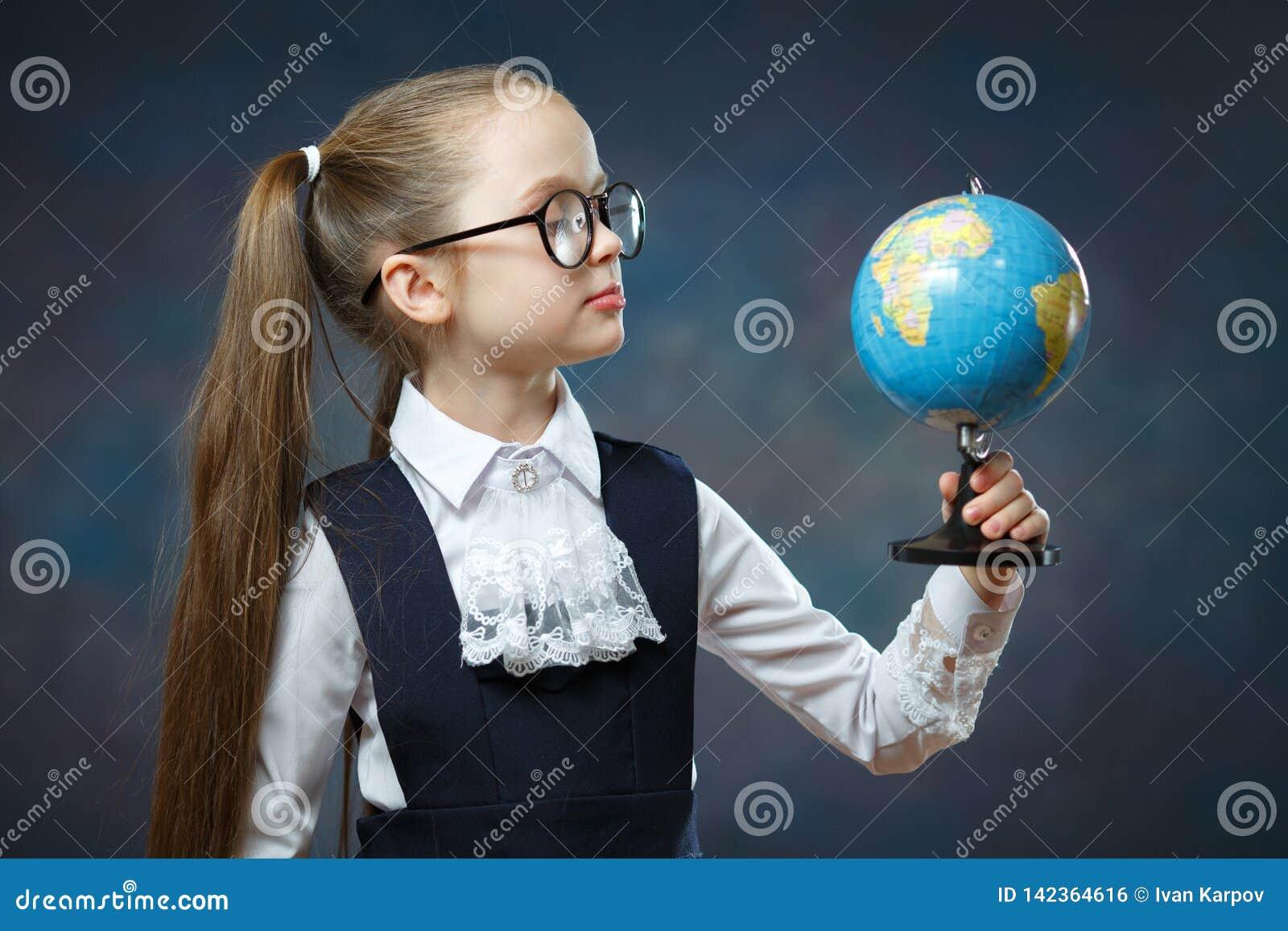 Blonde Weinig de Wereldbol van de Schoolmeisjegreep ter beschikking
