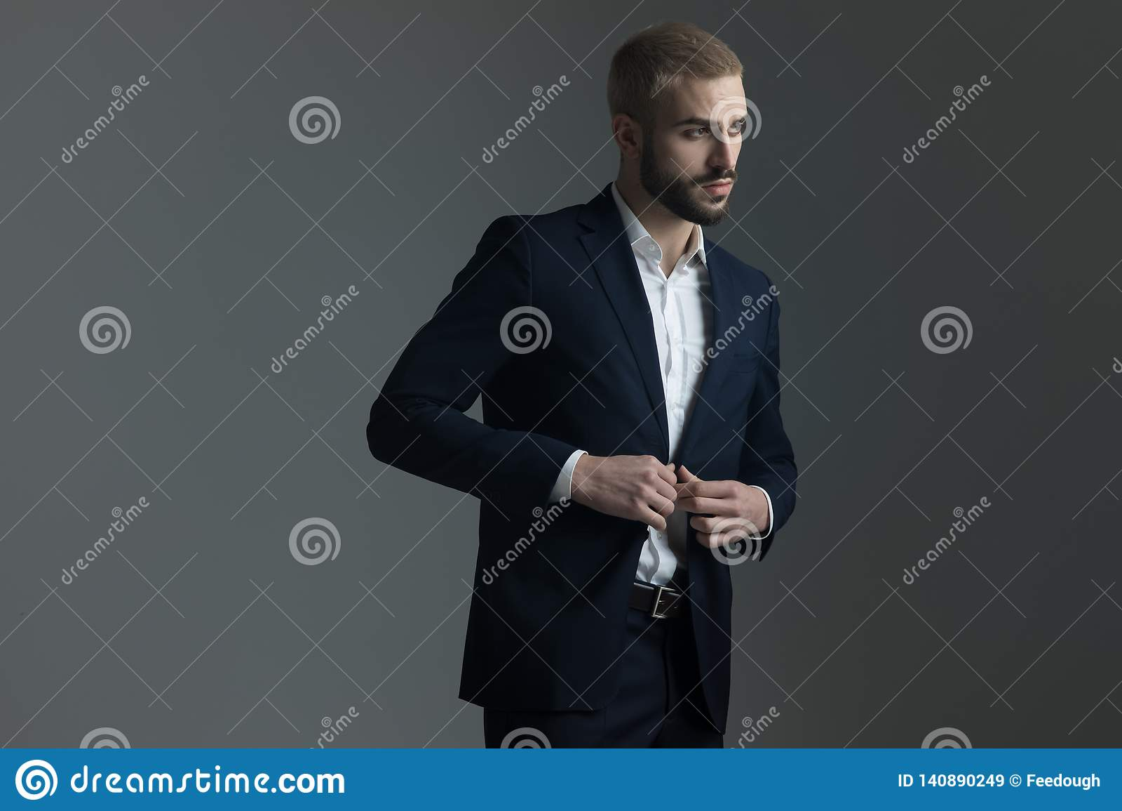 Blondemens die in kostuum zijn zitkamerjasje aanpassen