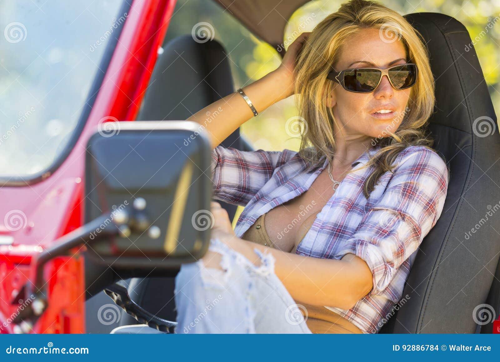 Blondes Baumuster mit Auto