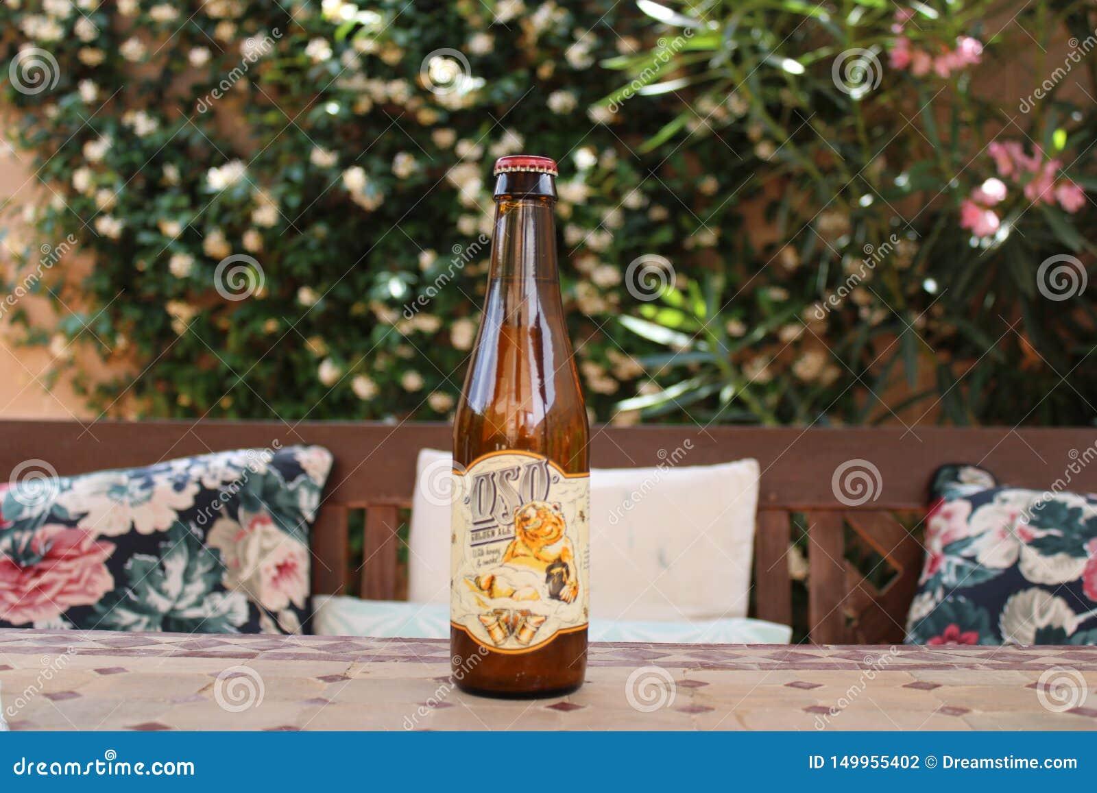 Blondes Bier umgeben durch Flora