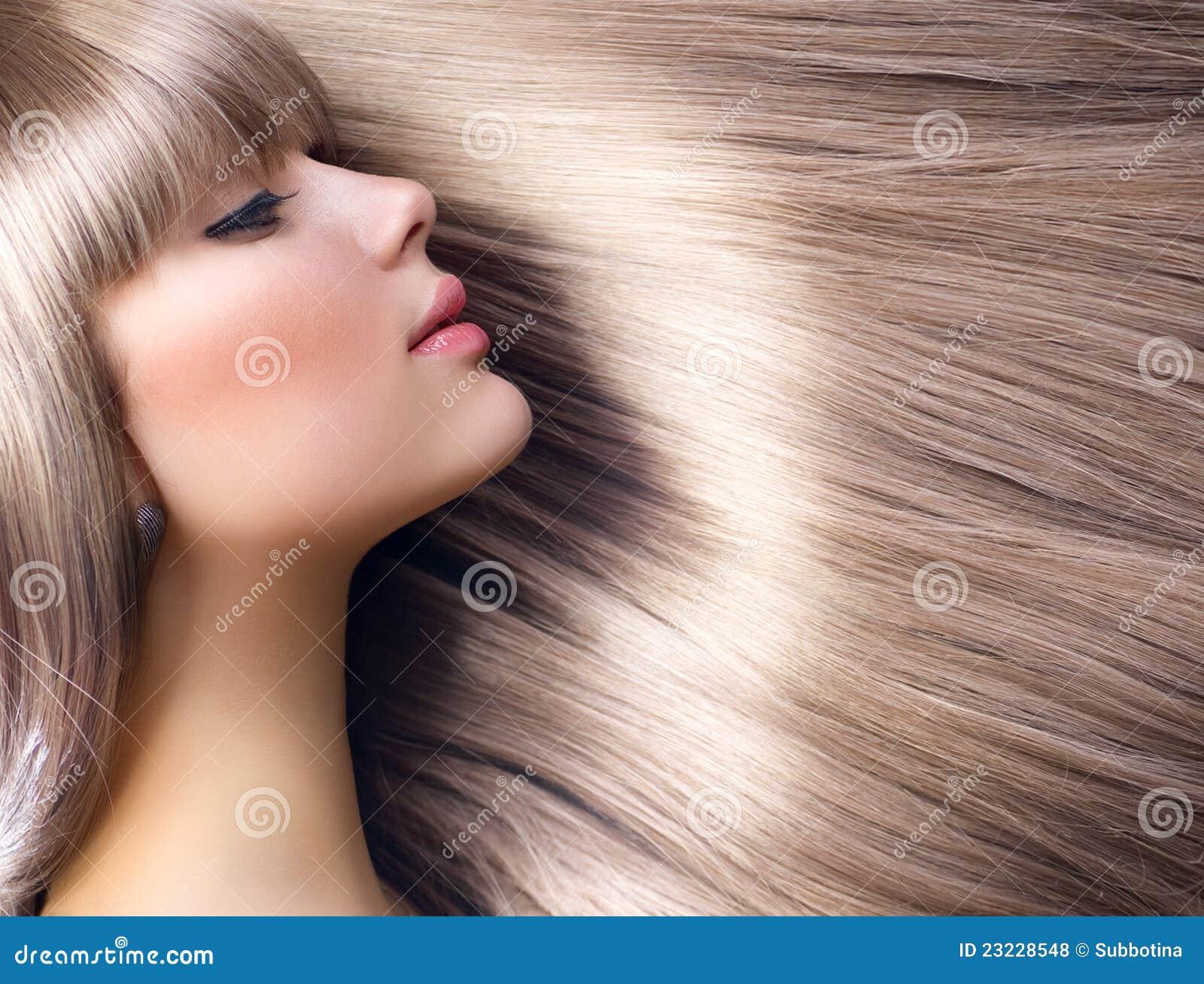 Blondes Haar. Art- und Weiseblondes Mädchen