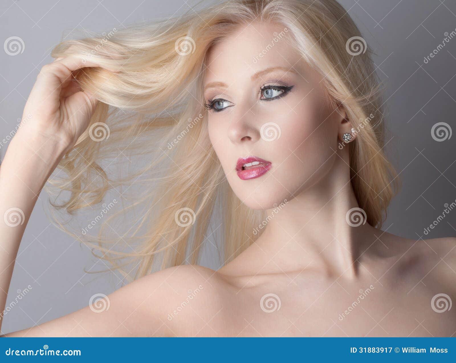 Blondes Haar Blaue Augen Stockbild Bild Von Obacht Lippenstift