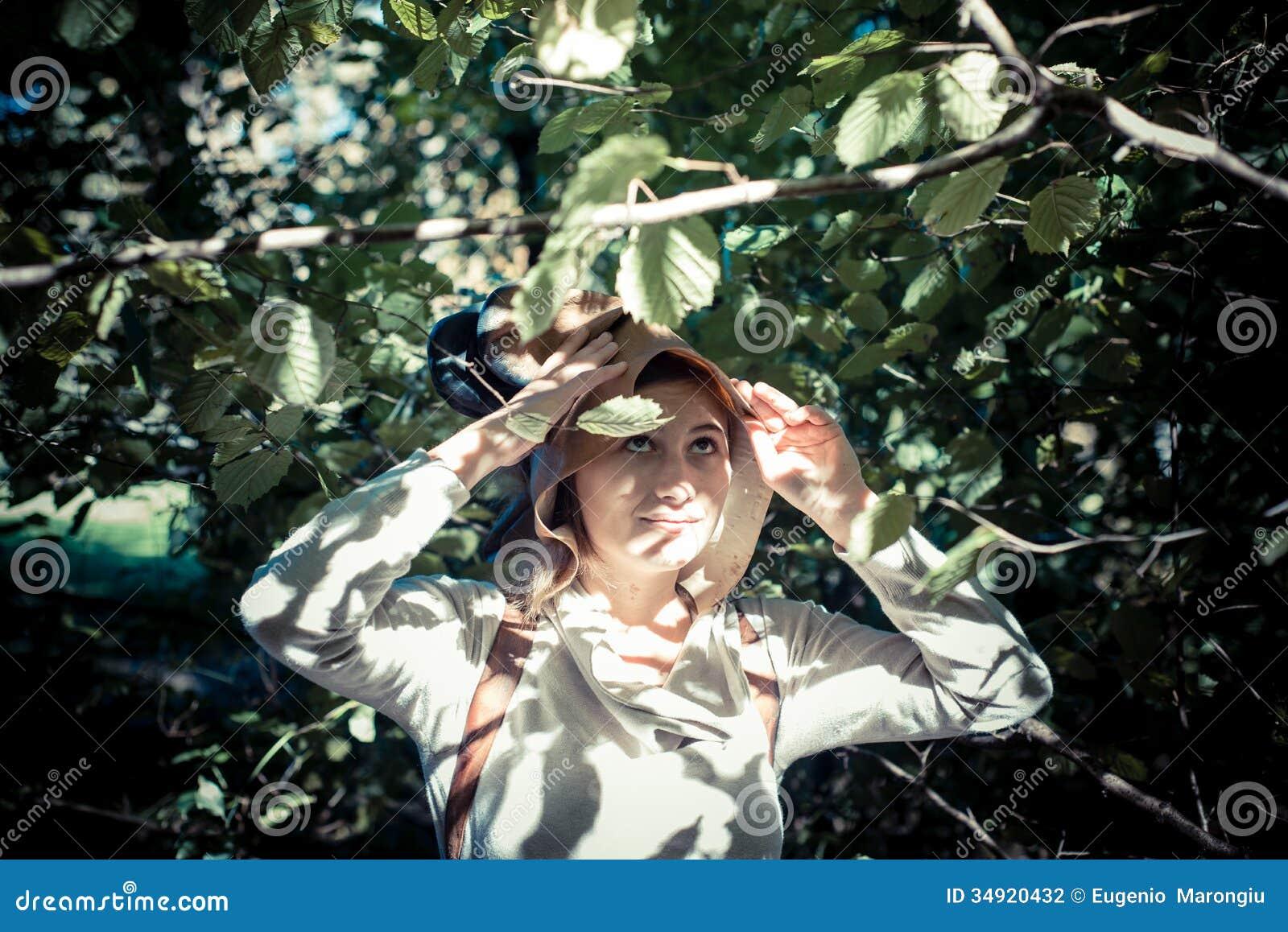 Stockfotografie blondes hippie mädchen im waldland