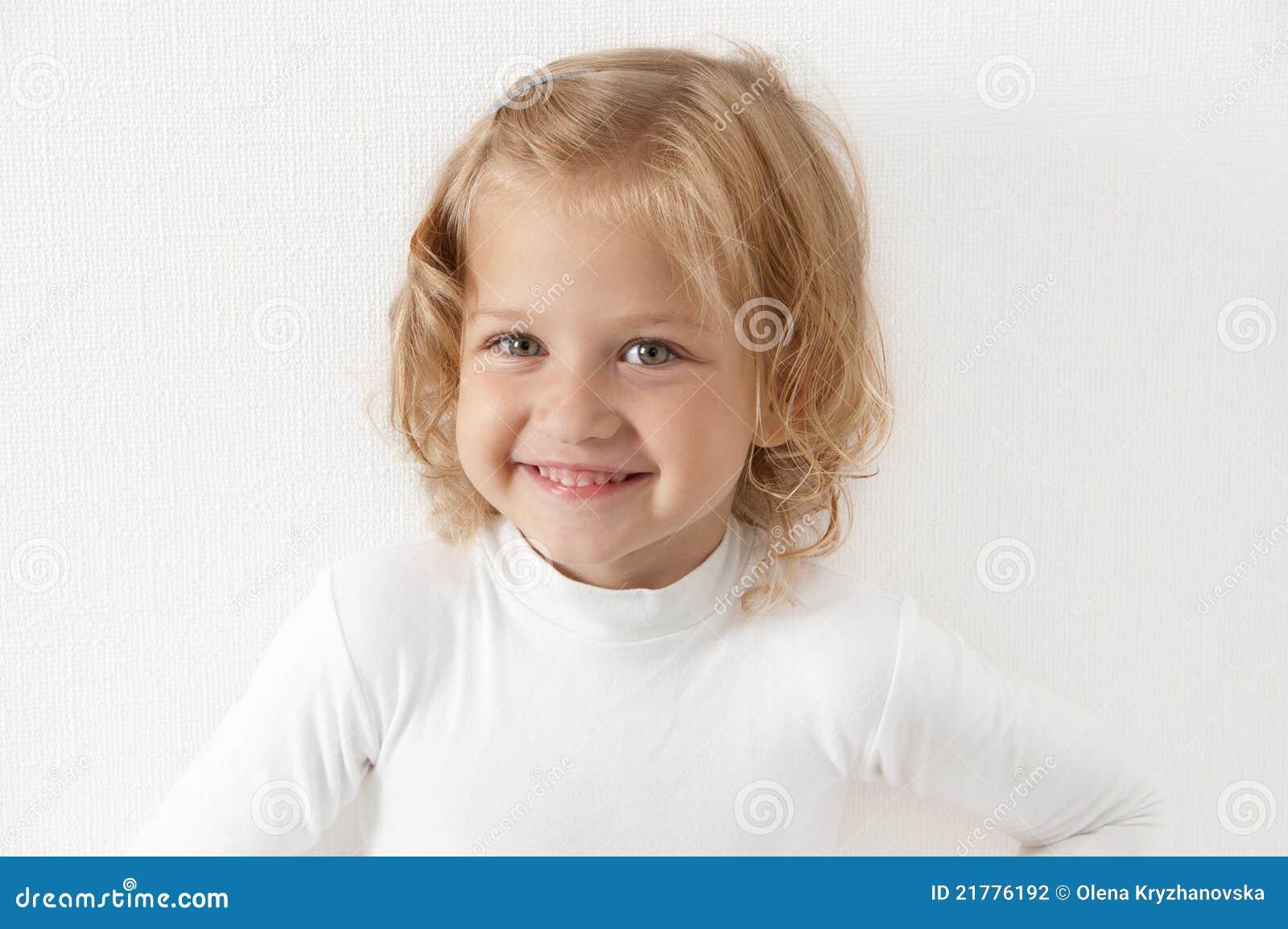 Blondes kleines Mädchen kleidete im Weiß an