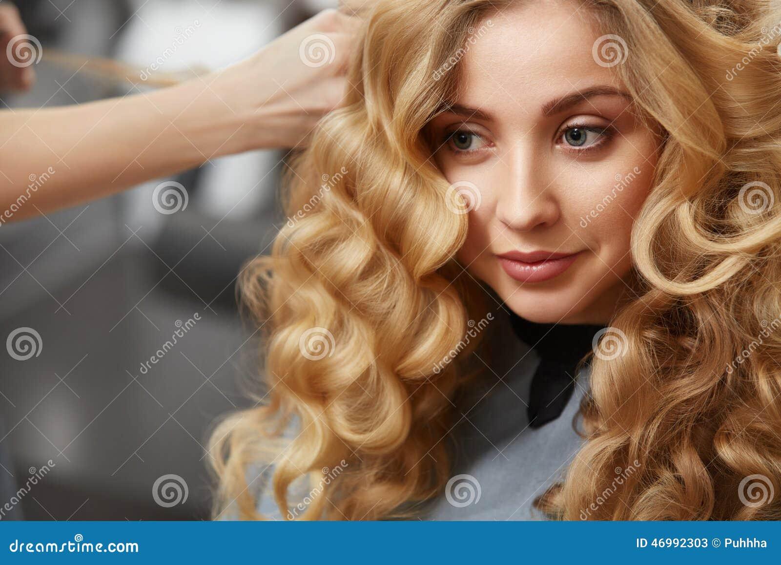 Blondes Lockiges Haar Friseur, Der Frisur Für Junge Frau I Tut ...