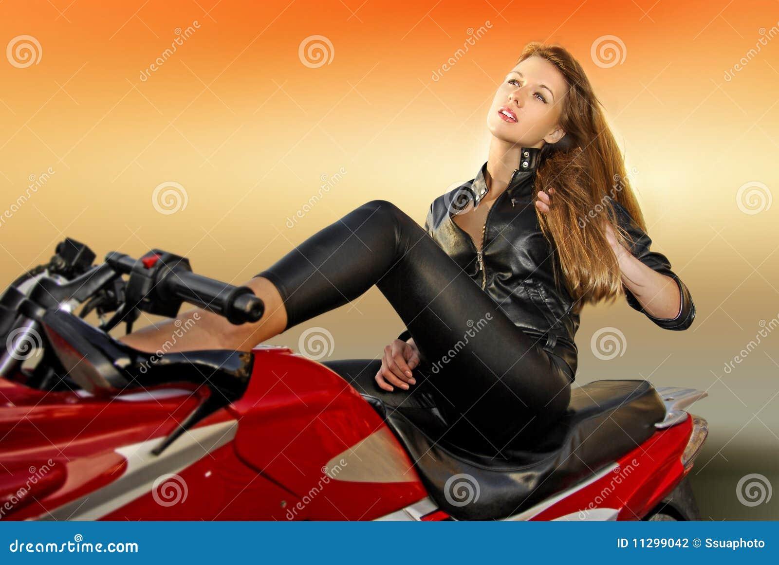 Blondes Mädchen auf einem Motorrad