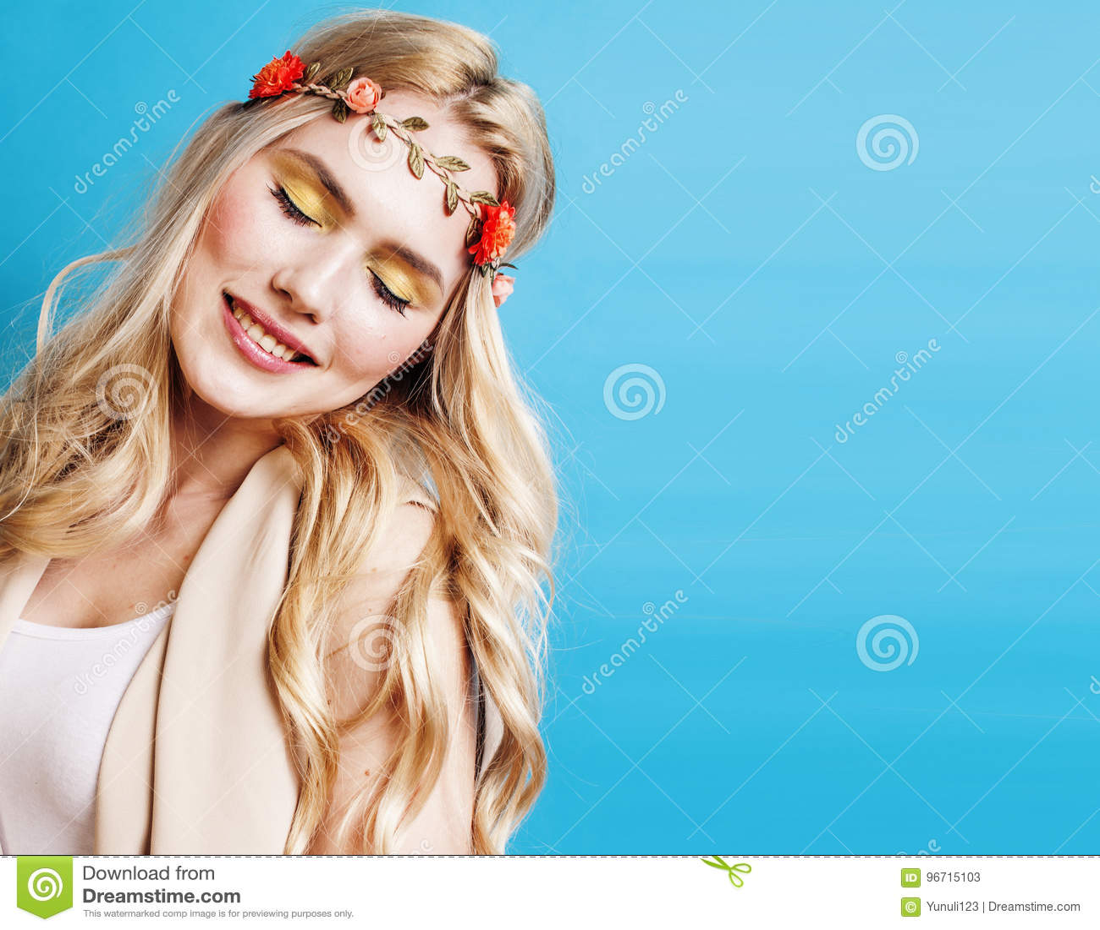 Blondes Mädchen der Junge recht mit dem gelockten blonden Haar und wenig senkt das glückliche Lächeln auf Hintergrund des blauen