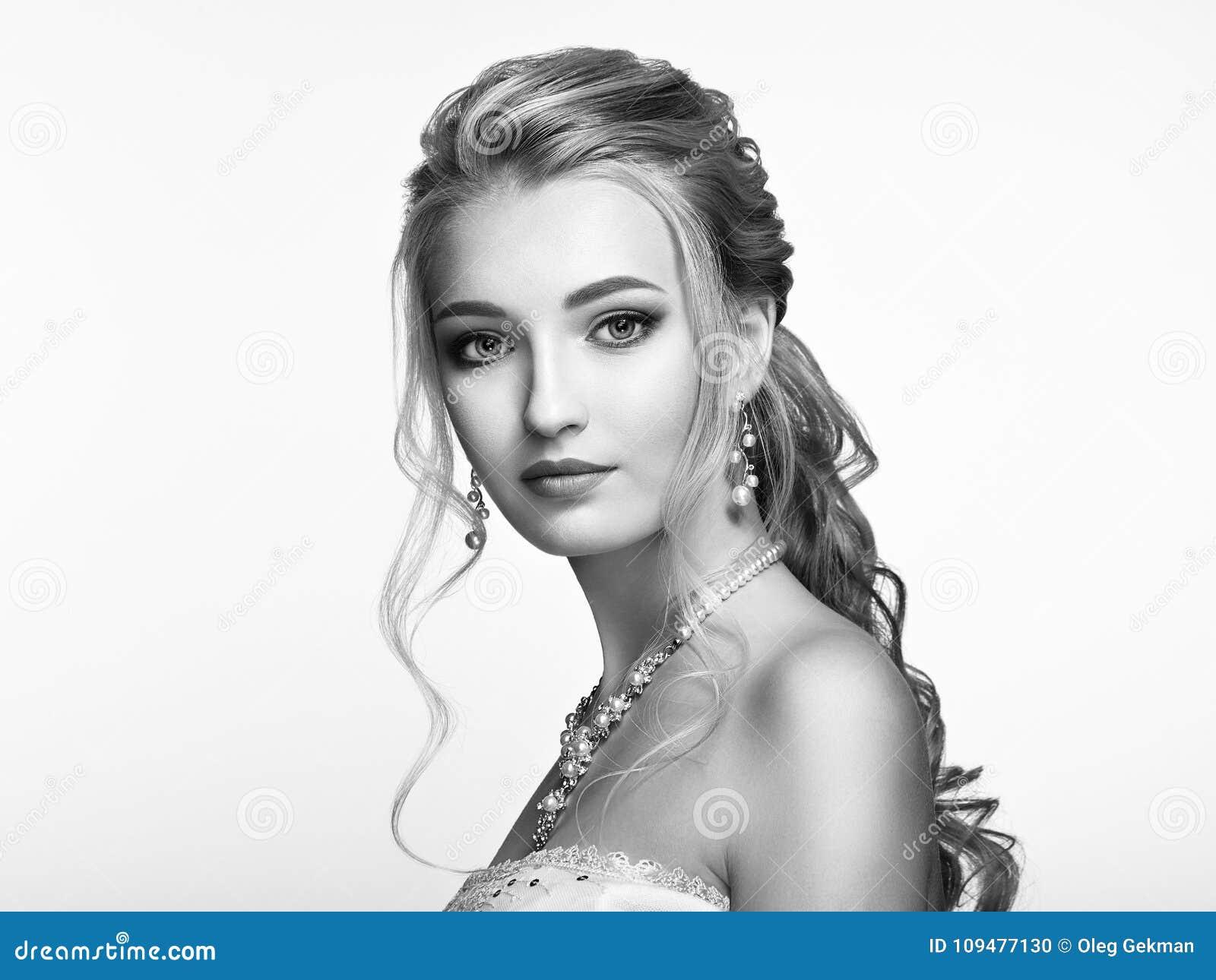 Blondes Mädchen mit dem langen und glänzenden gelockten Haar