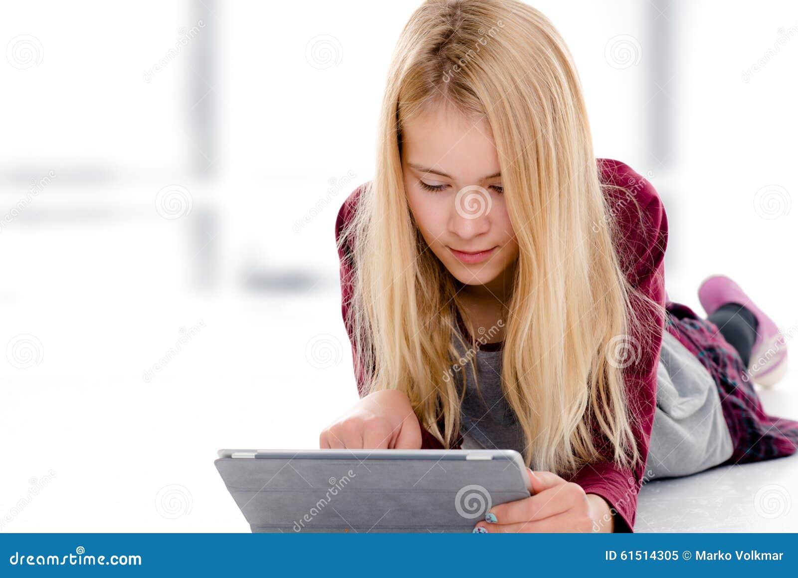 blondes m dchen mit dem tabletten pc der auf dem boden liegt stockbild bild 61514305. Black Bedroom Furniture Sets. Home Design Ideas