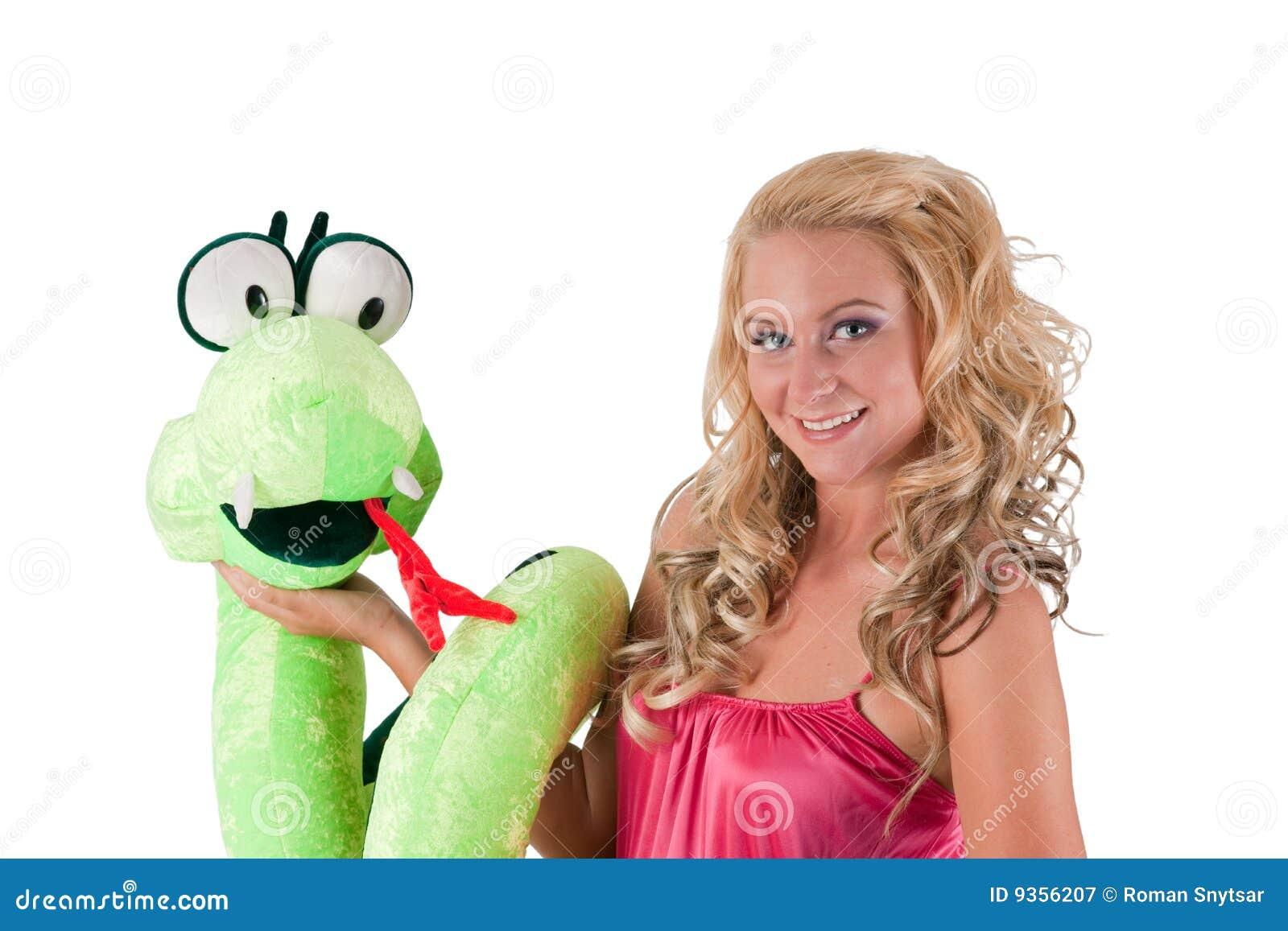 Blondes Mädchen mit einer Schlange