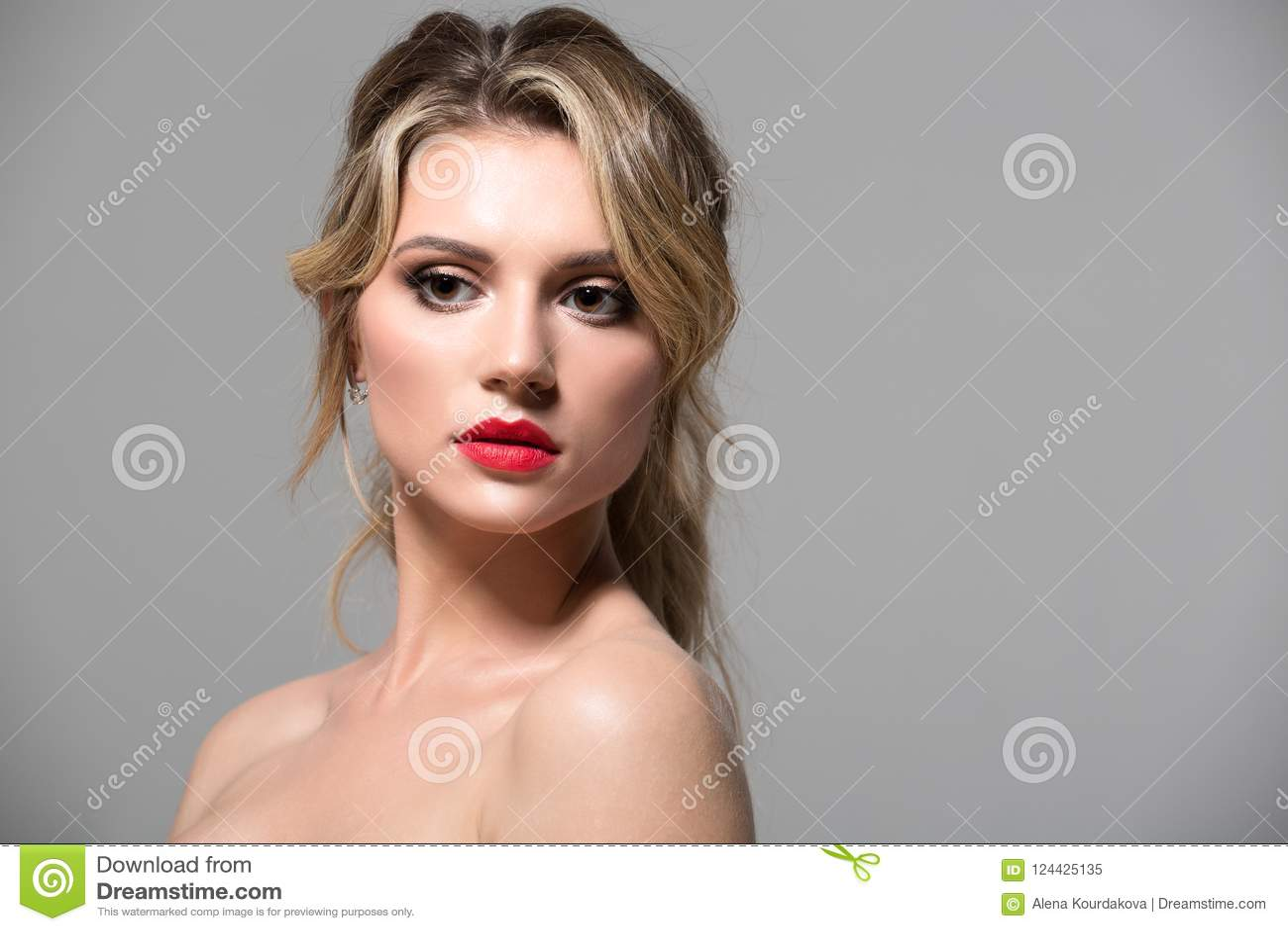 Blondes Mädchen mit lang und glänzendes gewelltes Haar des Volumens