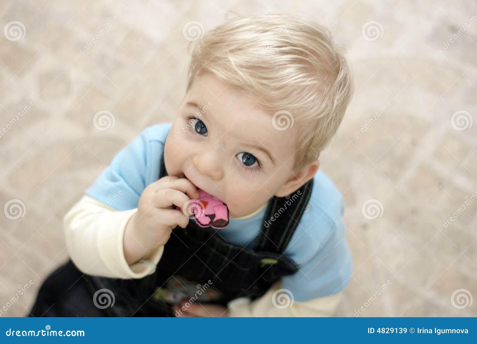 Blondes Schätzchen mit Spielzeug