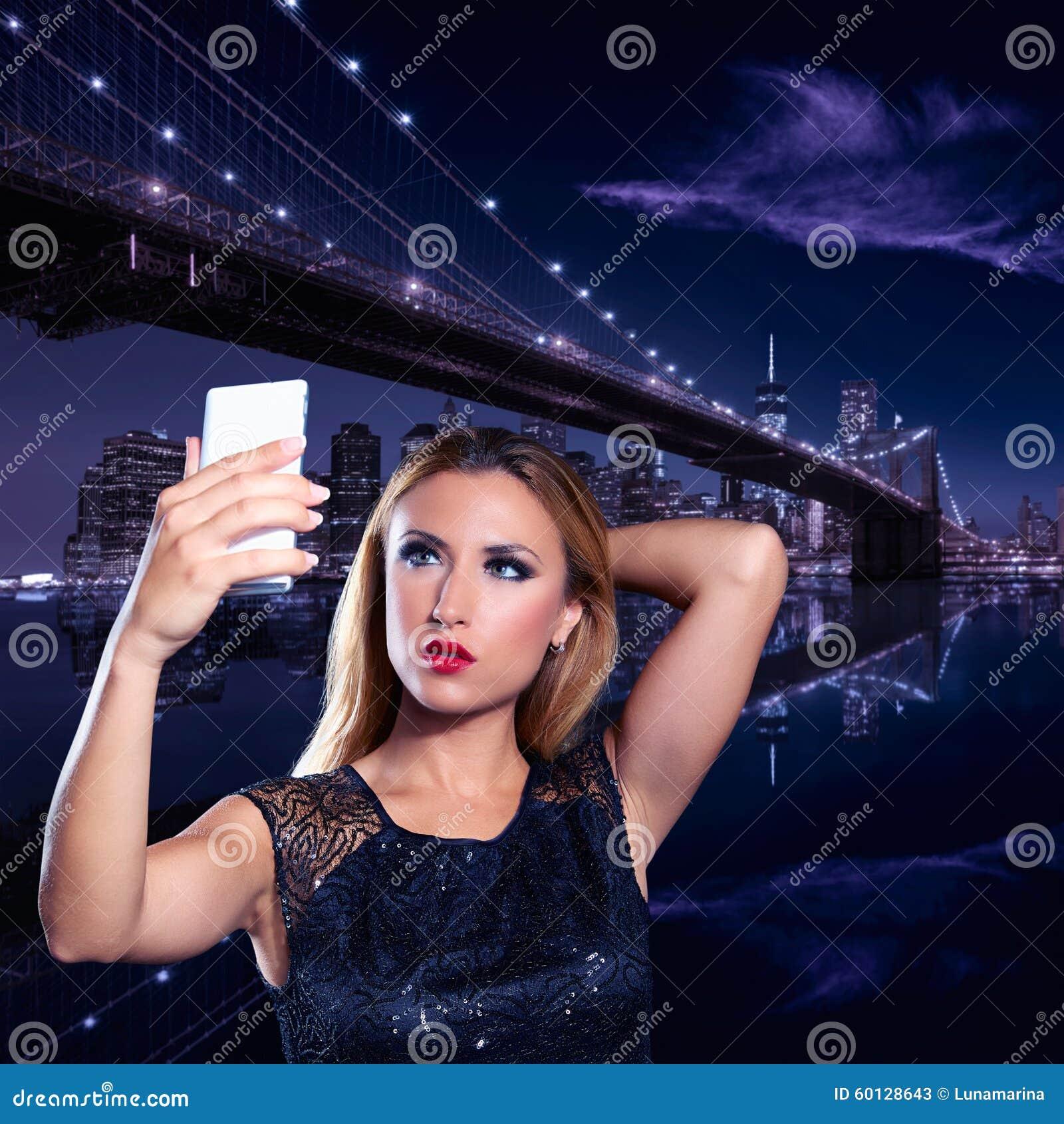 Blondes Touristisches Mädchen Selfie Foto In New York Nachts ...