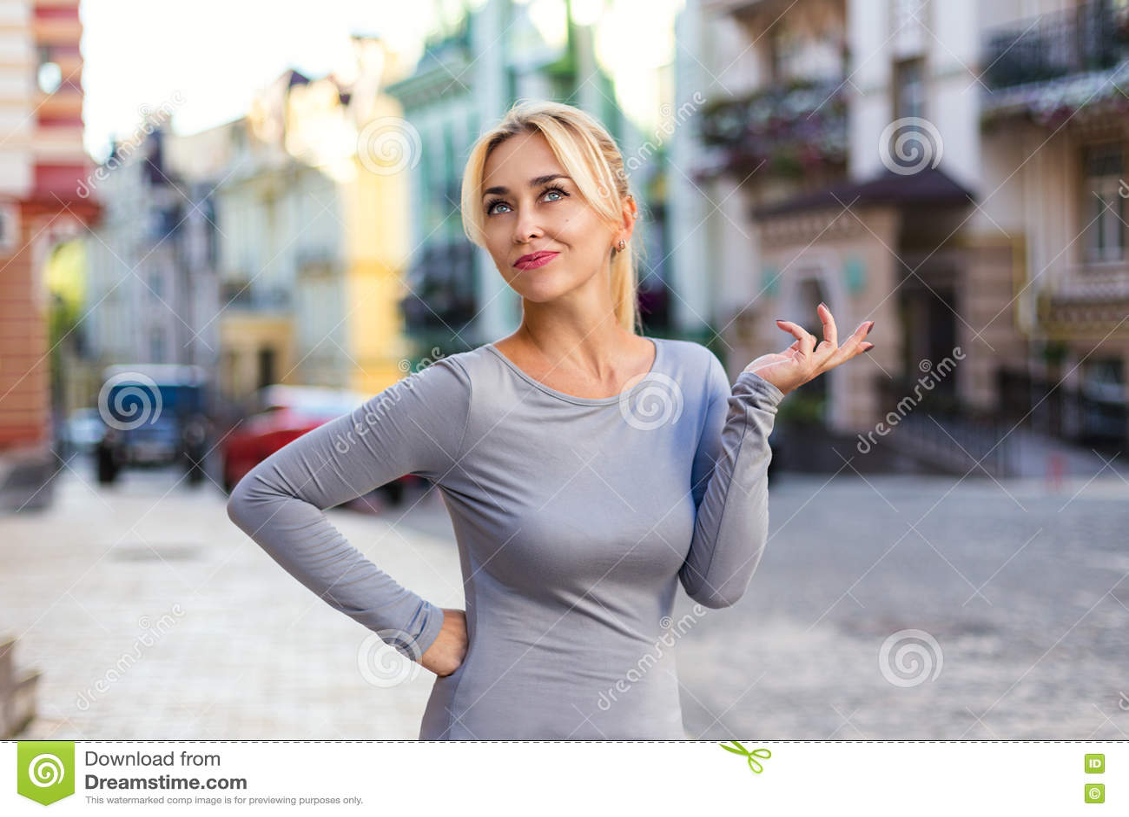 Blondevrouw met emotioneel gebaar