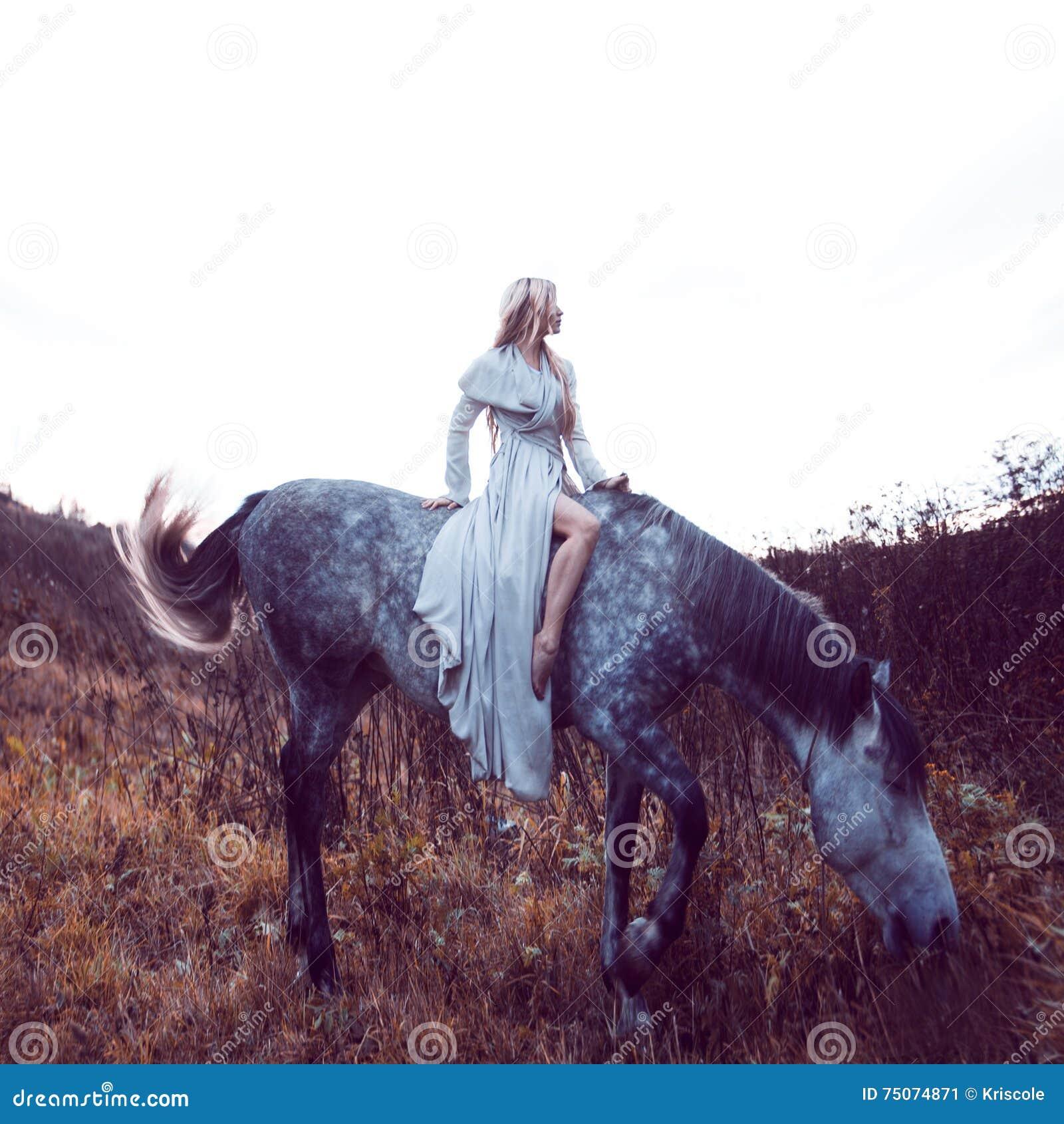 Blondie de beauté avec le cheval dans le domaine, effet de la tonalité