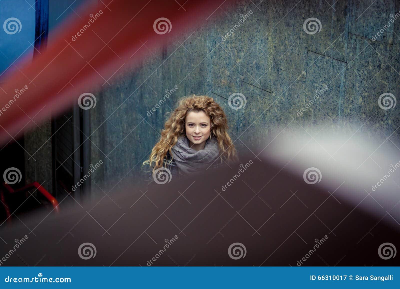 Blondine, die Kamera betrachten