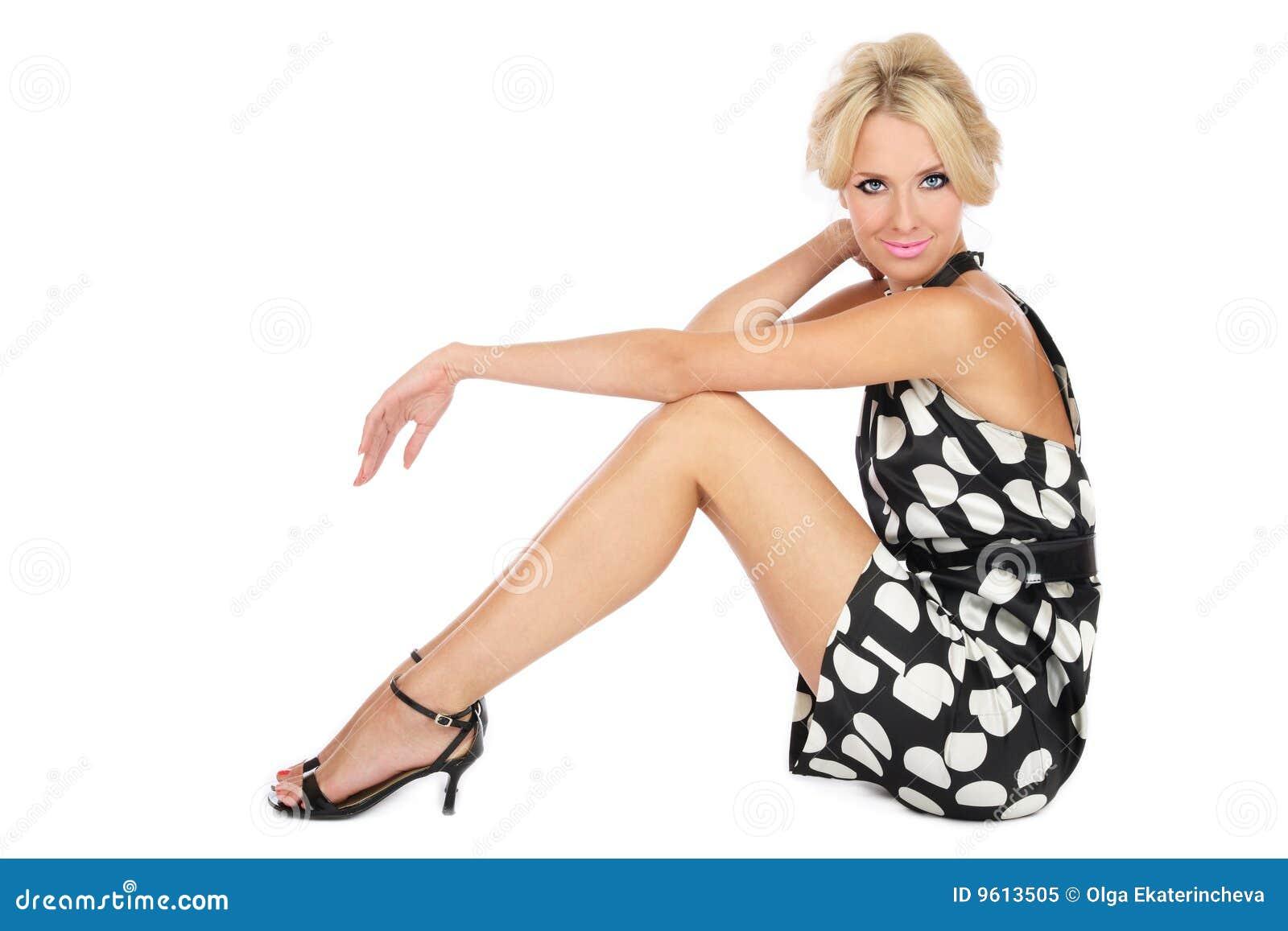 Blondine im stilvollen Kleid