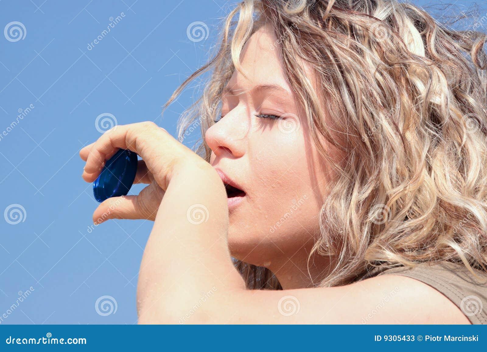 Blondyn kobieta pustynna spragniona