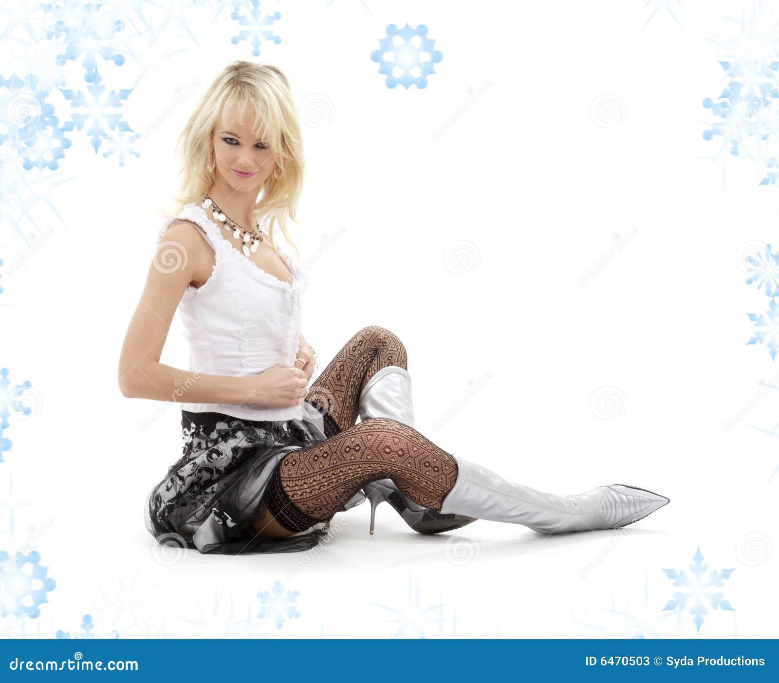 Blondynka butów srebrny rozbierać